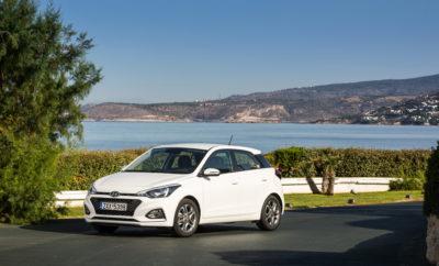 Προχωρώντας σε μια πολύ σημαντική αναβάθμιση και πιο κοντά στη νέα γενιά, η Hyundai έχει στόχο τη συνέχιση της εξαιρετικής εμπορικής πορείας του μοντέλου στην κατηγορία. Πέρα από τη δυναμικότερη εμφάνιση, το νέο i20 διαθέτει πληθώρα νέων στοιχείων, όπως το σύνολο ασφαλείας Hyundai SmartSense. Το αναβαθμισμένο μοτίβο του i20 τονίζεται από τη φρέσκια και μοντέρνα εμφάνιση. Οι κομψές γραμμές του αμαξώματος υπογραμμίζουν την εκλεπτυσμένη σχεδίαση, όταν το εσωτερικό προσφέρει υψηλά επίπεδα άνεσης, κορυφαίους χώρους και μεγάλη πρακτικότητα. Για να αποκτήσει το νέο i20 τη δυναμική εμφάνισή του το εμπρός μέρος διαθέτει επανασχεδιασμένους προφυλακτήρες και τη μάσκα Cascading Grille, ένα χαρακτηριστικό στοιχείο της οικογενειακής ταυτότητας της Hyundai, και το πίσω τμήμα έχει επίσης νέους προφυλακτήρες και φωτιστικά σώματα, δημιουργώντας ένα πιο δυναμικό παρουσιαστικό. Η πόρτα του πορτμπαγκάζ πλέον φιλοξενεί την πινακίδια κυκλοφορίας, ενώ υπάρχουν νέας σχεδίασης τροχοί 15 ή 16 ιντσών. Ολες οι εκδόσεις είναι πλέον διαθέσιμες με διχρωμία οροφής ή τη Phantom Black, προσφέροντας στους πελάτες 17 διαφορετικούς χρωματικούς συνδυασμούς εξατομίκευσης του νέου τους αυτοκινήτου. Επίσης υπάρχει επιλογή ανάμεσα σε δέκα χρώματα για το αμάξωμα. Μια ευρεία γκάμα από χρώματα εσωτερικού δίνει έμφαση στο νεανικό στιλ του νέου i20. Είναι εξοπλισμένο με εργονομικά καθίσματα προσφέροντας μεγαλύτερη άνεση και ασφάλεια. Επίσης η ανάρτηση διασφαλίζει καλά επίπεδα άνεσης και κρατήματος στις συνθήκες του οδοστρώματος για ξεκούραστες και ασφαλείς διαδρομές. Το πολύ μεγάλο σε χωρητικότητα πορτμπαγκάζ των 326 λίτρων δίνει λύσεις σε κάθε μετακίνηση. Τομέας στον οποίο διακρίνεται είναι τα συστήματα ασφαλείας, αφού μεταξύ άλλων υπάρχουν σύστημα παρακολούθησης πίεσης ελαστικών, προειδοποίησης παρέκκλισης από τη λωρίδα κυκλοφορίας, αποφυγής σύγκρουσης, αναγνώρισης κόπωσης του οδηγού και αυτόματη λειτουργία της μεγάλης δέσμης των προβολέων.