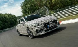 Νέο μοντέλο της σειράς Ν από την Hyundai : Το νέο i30 Fastback N • Η Hyundai προχωρά στην ανάπτυξη του τρίτου μοντέλου της σειράς υψηλών επιδόσεων N • Οι δοκιμές του πρωτοτύπου που πραγματοποιούνται στο Τεχνικό Κέντρο της εταιρείας στο Nürburgring περιλαμβάνουν αξιολογήσεις επιδόσεων και ανθεκτικότητας • Το νέο i30 Fastback Ν θα είναι διαθέσιμο αργότερα μέσα στο έτος Η Hyundai Motor βρίσκεται στο τελικό στάδιo ανάπτυξης του επόμενου μοντέλου της αναπτυσσόμενης γκάμας των αυτοκινήτων υψηλών επιδόσεων που φέρουν το λογότυπο N: το νέο i30 Fastback N. Οι δοκιμές του πρωτοτύπου βρίσκονται σε εξέλιξη και περιλαμβάνουν εκτεταμένες αξιολογήσεις σε διαφορετικά οδοστρώματα σε όλη την Ευρώπη. Μεταξύ των δοκιμών βρίσκεται η διάσημη πίστα Nordschleife στο Nürburgring της Γερμανίας, όπου η Hyundai στεγάζει ιδιόκτητο Τεχνικό Κέντρο. Η διαδρομή και οι δημόσιοι δρόμοι γύρω από την περιοχή είναι μεταξύ αυτών που χρησιμοποιούνται για την αξιολόγηση των επιδόσεων και της ανθεκτικότητας, βοηθώντας στην προετοιμασία του μοντέλου, το οποίο αποτελεί το τρίτο μοντέλο Ν, μετά από το 5θυρο i30 N και το Veloster N. Ξεκινώντας την εμπορική του πορεία νωρίτερα αυτό το έτος, το i30 Fastback αποτελεί μια εξαιρετική επιλογή – είναι το μοναδικό 5θυρο κουπέ στην κατηγορία του - το οποίο επεκτείνει την επιτυχημένη οικογένεια του i30. Το νέο i30 Fastback N θα αναβαθμίσει το αυτοκίνητο, βελτιώνοντας τον εκλεπτυσμένο σχεδιασμό του πρωτότυπου μοντέλου σε συνδυασμό με τα χαρακτηριστικά BRM-raising του 5θυρου αδελφού του i30 N. Περισσότερες πληροφορίες σχετικά με το νέο i30 Fastback N θα ανακοινωθούν αργότερα μέσα στο έτος,