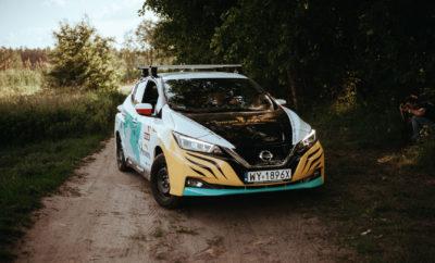 """Μετά από μια επική διαδρομή 16.000 χιλιομέτρων, ο πολικός εξερευνητής Marek Kaminski έφθασε στην Ιαπωνία, έχοντας ξεκινήσει τρεις μήνες νωρίτερα από την Πολωνία, την """"εκστρατεία"""" του με την ονομασία #NoTraceExpedition και οδηγώντας το πρώτο σε πωλήσεις αμιγώς ηλεκτροκίνητο όχημα στην Ευρώπη, το νέο Nissan LEAF. Το φιλικό προς το περιβάλλον ταξίδι του Marek , είχε ως αφετηρία το Zakopane της Πολωνίας και μέσω οκτώ χωρών σε δύο ηπείρους, αλλά και με πλήθος διαφορετικών συνθηκών οδήγησης που """"εκτυλίχθηκαν"""" στη Λιθουανία, τη Λευκορωσία, τη Ρωσία, τη Μογγολία, την Κίνα και τη Νότια Κορέα, κατάφερε να φτάσει στον τελικό προορισμό του, το Τόκιο. Η εκστρατεία του #NoTraceExpedition, καταδεικνύει τη σκοπιμότητα ενός ταξιδιού μηδενικών εκπομπών ρύπων με ηλεκτροκίνητο αυτοκίνητο και θέτει το παράδειγμα για εκείνους τους εξερευνητές που επιθυμούν να επισκεφθούν τις πιο απομακρυσμένες γωνιές του πλανήτη, χωρίς να βλάψουν το περιβάλλον. Αν και ο Marek μπορεί να ισχυριστεί ότι είναι ο πρώτος άνθρωπος που έχει περάσει από τον Βόρειο και τον Νότιο Πόλο μέσα στο ίδιο έτος, η αποστολή του με ένα αμιγώς ηλεκτροκίνητο αυτοκίνητο, θα του μείνει εξίσου αξέχαστη. Μεταξύ των περιπετειών του Marek, αξιοσημείωτες είναι οι παρακάμψεις κατά μήκος των χωματόδρομων της Μογγολίας, όπως και κάποιες """"πατέντες"""" φόρτισης στην Ρωσία. """"Χαλυβδωμένος"""" από τα πρώτα 16.000 χιλιόμετρα της συναρπαστικής αποστολής του, ο Marek θα ξεκινήσει το ταξίδι της επιστροφής από το Τόκιο στην Πολωνία, πίσω από το τιμόνι του ίδιου αυτοκινήτου ! Το νέο, αμιγώς ηλεκτροκίνητο Nissan LEAF αποτελεί την αιχμή του δόρατος της στρατηγικής Intelligent Mobility της Nissan, καθώς διαθέτει πρωτοποριακή τεχνολογία και σχεδιασμό που το καθιστά την βέλτιστη επιλογή αγοράς στην κατηγορία του. Με μια νέα μπαταρία 40 kWh που αποδίδει 270 χλμ σε μικτό κύκλο οδήγησης, με βάση τα νέα ρεαλιστικά πρότυπα κατανάλωση και εκπομπών του WLTP, το LEAF προσφέρει στον οδηγό του μια ασφαλή και δυναμική εμπειρία οδήγησης. Στην προσπάθειά του να αμφισβητή"""