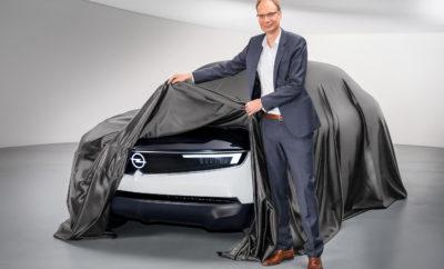 """Σαφής σχεδιαστική γλώσσα: Το πρωτότυπο προβάλλει τις αξίες της μάρκας Opel, Γερμανική, προσιτή και συναρπαστική Σαφής προσανατολισμός: Εμπρός τμήμα, σήμα κατατεθέν των μελλοντικών μοντέλων Opel με το στιλιστικό στοιχείο """"Vizor"""" Σαφής προσέγγιση: Το νέο Opel GT X Experimental θα αποκαλυφθεί αργότερα μέσα στη χρονιά Σαφής 'δήλωση': Η ταυτότητα της μάρκας αποτελεί σημαντικό τμήμα του σχεδίου PACE! κατά τον CEO της Opel Michael Lohscheller Η Opel εντάχθηκε στο Groupe PSA ακριβώς πριν από ένα χρόνο. Τώρα, το Opel GT X Experimental δίνει μια πρώτη γεύση από το μέλλον της μάρκας και τα προσεχή μοντέλα. Στο πλαίσιο αυτό, έννοιες όπως Γερμανική, προσιτή και συναρπαστική είναι σημαντικότερες από ποτέ. Αυτές οι τρεις αξίες της μάρκας χαρακτηρίζουν όλα τα μοντέλα και προσδιορίσουν όλες τις δραστηριότητες της Opel – σήμερα και στο μέλλον. «Είναι απαραίτητο να ακολουθούμε αυστηρά τις αξίες της μάρκας μας σε όλα όσα κάνουμε. Αυτό ισχύει από την αρχική ιδέα μέχρι την εξέλιξη και υλοποίηση νέων οχημάτων και είναι βασικό στοιχείο του σχεδίου μας PACE!. Η ταυτότητα της μάρκας είναι το μέλλον μας» δήλωσε ο CEO της Opel, Michael Lohscheller. «Γι' αυτό ανέθεσα στις ομάδες σχεδίασης και μηχανολογίας την αποστολή να αποτυπώσουν αυτές τις αξίες σε ένα πρωτότυπο αυτοκίνητο. Έτσι δημιουργήθηκε το Opel GT X Experimental, το οποίο θα γιορτάσει την παγκόσμια πρεμιέρα του πριν από το τέλος της χρονιάς.» Το Opel GT X Experimental δίνει μία πρώτη εικόνα για το τι επιφυλάσσει το μέλλον και ποια θα είναι τα χαρακτηριστικά των μοντέλων Opel μέχρι τα μέσα της δεκαετίας του 2020. Είναι το πρώτο όχημα που υιοθετεί το νέο πρόσωπο της Opel. Το νέο brand concept ακολουθεί τη νέα """"Πυξίδα της Opel"""" (Opel Compass), που διαμορφώνει με ξεχωριστό τρόπο την εμπρός σχεδίαση των μελλοντικών μοντέλων. Το κύριο χαρακτηριστικό της πυξίδας είναι δύο εμφανείς άξονες που τέμνουν το έμβλημα της μάρκας. Από τη μία είναι η χαρακτηριστική κεντρική πτυχή στο καπό και από την άλλη, τα φώτα ημέρας σε σχήμα φτερού ως στοιχείο ταυ"""