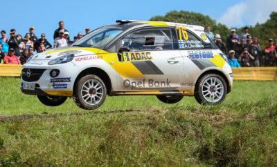 Η Opel καλύπτει το ένα τρίτο των συμμετοχών του Γερμανικού αγώνα του WRC To ADAC Rallye Deutschland είναι ο πολυαναμενόμενος αγώνας της σεζόν Διπλός γύρος του ADAC Opel Rallye Cup υπό το βλέμμα της παγκόσμιας ελίτ των Ράλι Το Ράλι Γερμανίας που διεξάγεται στις 16 με 19 Αυγούστου υποδέχεται τα πληρώματα του Παγκοσμίου Πρωταθλήματος Ράλι WRC της FIA σε έναν από τους πιο απαιτητικούς, σκληρούς αλλά και όμορφους αγώνες στην άσφαλτο. Δεν έχει σημασία αν είναι ο Thierry Neuville, ο Sébastien Ogier ή ο Jari-Matti Latvala – ακόμα και οι κορυφαίοι αστέρες του WRC, μεταβαίνουν με αίσθημα ανυπομονησίας και δέους στη συνοριακή περιοχή μεταξύ Saarland και Rhineland-Palatinate. Βάση του αγώνα είναι το γραφικό Bostalsee, όπου βρίσκεται και το service park. Και όπως κάθε χρόνο, δεκάδες χιλιάδες ενθουσιώδεις οπαδοί των αγώνων αναμένεται να παρακολουθήσουν τις 18 ειδικές διαδρομές. Στο Γερμανικό γύρο του WRC, μία στις τρεις συμμετοχές είναι φέτος της Opel, καθώς 29 από τους 88 συμμετέχοντες στο ADAC Rallye Deutschland θα οδηγήσουν ένα αγωνιστικό ADAM. 23 πληρώματα και οι ομάδες τους προέρχονται από το θεσμό του ADAC Opel Rallye Cup και αναμένεται να συγκεντρώσουν το θαυμασμό των θεατών με το κορυφαίο τους οδηγικό επίπεδο. Από το 2013, το συγκεκριμένο Κύπελλο στηρίζει τα Ράλι σε υψηλότατο επίπεδο, εξασφαλίζοντας ευνοϊκές συνθήκες για τους συμμετέχοντες. Έξι συνολικά οδηγοί – οι Marijan Griebel, Fabian Kreim, Emil Bergkvist, Julius Tannert, Jari Huttunen και Tom Kristensson – στο ίδιο διάστημα μεταπήδησαν από το Κύπελλο στην εργοστασιακή ομάδα ADAC Opel Rally Junior Team πίσω από το τιμόνι του Opel ADAM R2, το οποίο επίσης πρωταγωνιστεί στο Ευρωπαϊκό Πρωτάθλημα ERC της FIA στην κατηγορία Junior κάτω των 27 ετών (U27). Οι περγαμηνές της Opel στο ERC Junior είναι άκρως εντυπωσιακές. Από το 2015 που ήταν η πρώτη χρονιά πλήρους εμπλοκής της, η Γερμανική μάρκα κατέκτησε τρεις συνεχόμενους τίτλους στο Ευρωπαϊκό Πρωτάθλημα, οι οποίοι σε συνδυασμό με τους πάνω από 20 εθνικούς τίτλους μέχρι στι