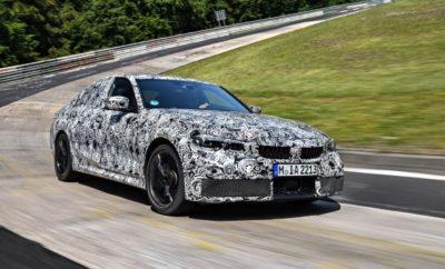 """Η επόμενη γενιά της λιμουζίνας της BMW Σειράς 3 περνά τώρα από τα τελευταία, κρίσιμα στάδια πριν τη μαζική παραγωγή. Για έλεγχο δυναμικής συμπεριφοράς και ολοκλήρωση του σεταρίσματος, το Nordschleife του Nürburgring κρίθηκε η πλέον κατάλληλη πίστα δοκιμών. Κατά παράδοση, οι δοκιμές στην """"Πράσινη Κόλαση"""" αποτελούν πραγματική δοκιμασία αντοχής της τεχνολογίας κίνησης και ανάρτησης των νέων μοντέλων BMW. Ένα εκτεταμένο πρόγραμμα δοκιμών δημιουργήθηκε για τα καμουφλαρισμένα πρωτότυπα της νέας BMW Σειράς 3. Άλλωστε, η πλήρης ανανέωση της ανάρτησης των τροχών, του συστήματος διεύθυνσης, των αμορτισέρ και των φρένων, προσέφερε στους μηχανικούς εξέλιξης πολυάριθμες ευκαιρίες για βελτιστοποίηση της οδηγικής άνεσης και των δυναμικών επιδόσεων καθώς και τη δυνατότητα συνεχούς εξέλιξης του απόλυτου σπορ sedan της μεσαίας premium κατηγορίας. Η φιλοσοφία του τετράθυρου μοντέλου δείχνει καθαρά πως η εξέλιξη της νέας BMW Σειράς 3 Sedan στόχευε στην αναβάθμιση της σπορ αίσθησης. Το κέντρο βάρους είναι περίπου 10 mm χαμηλότερο από του προηγούμενου μοντέλου, η κατανομή φορτίου ανά άξονα θεωρείται ιδανική στο 50:50, ενώ το συνολικό βάρος έχει μειωθεί κατά 55 kg. Η ακαμψία της δομής του αμαξώματος και η έδραση της ανάρτησης – στοιχεία κρίσιμα για το σετάρισμα του συστήματος διεύθυνσης και τα επίπεδα θορύβων κύλισης – έχουν βελτιωθεί σημαντικά. Η ευελιξία του αυτοκινήτου και η ακρίβεια διεύθυνσης ωφελούνται από τα μεγαλύτερα μετατρόχια, ενώ οι αυξημένες γωνίες κάμπερ των τροχών προσφέρουν βελτιωμένες πλευρικές επιταχύνσεις. Σε επίπεδο κινητήρων, την παράσταση κλέβει ένας σχολαστικά ανανεωμένος τετρακύλινδρος βενζινοκινητήρας. Είναι ο ισχυρότερος τετρακύλινδρος που έχει τοποθετηθεί ποτέ σε μοντέλο παραγωγής BMW, χωρίς επιπτώσεις στην κατανάλωση που είναι περίπου 5% μικρότερη από του προκατόχου του: ιδιαίτερη συμβολή σε αυτό έχει το εξελιγμένο, 8άρι κιβώτιο Steptronic. Επιπλέον, ένα φίλτρο σωματιδίων βελτιστοποιεί την διαχείριση καυσαερίων του νέου κινητήρα, ώστε να συμμορφώνεται με τα πρό"""