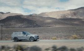 Το Sports Activity Vehicle βρίσκεται καθ' οδόν για την πολυτελή κατηγορία και στη διαδρομή του περνά από έναν πραγματικό μαραθώνιο κρίσιμων δοκιμασιών. Στο πλαίσιο ενός εκτεταμένου και ποικίλου προγράμματος δοκιμών, τα καμουφλαρισμένα πρωτότυπα της νέας BMW X7 οδηγούνται στα πιο αφιλόξενα εδάφη του πλανήτη. Μετά τα χειμερινά test drives που πραγματοποιήθηκαν σε χιόνι και πάγο, στις εσχατιές του αρκτικού κύκλου νωρίτερα μέσα στη χρονιά, σειρά είχαν οι δοκιμές αντοχής σε αχανείς εκτάσεις στην έρημο και στο χώμα υπό τον ανελέητο ήλιο της Ν. Αφρικής. Η κουραστική οδήγηση με συχνά σταμάτα-ξεκίνα στη ζούγκλα των πόλεων εναλλάσσεται με δυναμικές δοκιμές φορτίου κινητήρα σε ορεινές διαδρομές και στον αυτοκινητόδρομο. Αντιμετωπίζοντας ακραίες προκλήσεις σε ένα ευρύ φάσμα καιρικών και εδαφικών συνθηκών, η πρώτη BMW X της πολυτελούς κατηγορίας έχει αποδείξει τις έξοχες ικανότητές της σε test drive δυναμικής οδήγησης. Με μία εντυπωσιακή εξωτερική εμφάνιση, απαράμιλλη ευρυχωρία εσωτερικού, προηγμένες τεχνολογίες κίνησης και ανάρτησης και αποκλειστικό εξοπλισμό, η BMW X7 αποτελεί την πιο σύγχρονη ερμηνεία της έννοιας της οδηγικής απόλαυσης στην πολυτελή κατηγορία από τη μάρκα BMW. Ο συνδυασμός κορυφαίων off-road επιδόσεων και ανώτερης δυναμικής συμπεριφοράς στο δρόμο, όπως αρμόζει σε ένα Sports Activity Vehicle κατακτά μία ακόμα κατηγορία. Με την προσεχή παρουσίαση του τελευταίου και μεγαλύτερου μοντέλου BMW X στο τέλος του 2018, η BMW συνεχίζει την τρέχουσα προϊοντική της επέλαση στην πολυτελή κατηγορία με μία ακόμα συναρπαστική αυτοκινητιστική φιλοσοφία. Τα πρωτότυπα της νέας BMW X7 κατασκευάστηκαν στο εργοστάσιο της BMW στο Spartanburg. Το κέντρο εξειδίκευσης για μοντέλα BMW X στην Αμερικανική Πολιτεία της Ν. Καρολίνα θα κατασκευάζει και τα μοντέλα παραγωγής. Παρά το περίτεχνο καμουφλάζ, τα οχήματα προ-παραγωγής αποκαλύπτουν τις επιβλητικές διαστάσεις και τις καθαρές και αρμονικές αναλογίες της BMW X7. Στη νέα BMW X7, η πολυτέλεια, η πολυμορφικότητα και ο σπορ χαρακτήρας συνδυ