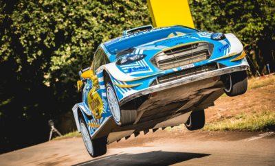 """Ακόμη πιο ψηλά στη γενική ο Ιορδάνης Σερδερίδης! Έχοντας πλέον εξοικειωθεί περαιτέρω με το τελευταίων προδιαγραφών Ford Fiesta WRC, ο Ιορδάνης Σερδερίδης ανέβηκε αρκετές θέσεις στη γενική κατάταξη και οδεύει προς τον τερματισμό του Ράλλυ Γερμανίας. Σε αντίθεση με την Παρασκευή, το οδόστρωμα ήταν στεγνό στις Σαββατιάτικες ειδικές, σε ένα σκέλος που ήταν το μεγαλύτερο του αγώνα χιλιομετρικά, περιλαμβάνοντας παράλληλα την περίφημη Panzerplatte μήκους 38 χιλιομέτρων. Στόχος για τον Καβαλιώτη οδηγό ήταν να ανεβάσει ρυθμό, κάτι που έκανε ήδη από τις πρωινές ειδικές της ημέρας: «Γνωρίζαμε πως το Σάββατο θα ήταν μια δύσκολη ημέρα, τόσο εξαιτίας του μήκους των διαδρομών, όσο και των δυσκολιών που κρύβουν. Έχοντας μάθει περισσότερο το νέο μας """"γραφείο"""", κινηθήκαμε σβέλτα στις πρωινές ειδικές, πετυχαίνοντας μάλιστα το 12ο χρόνο σε μία από αυτές.», ήταν τα λόγια του Σερδερίδη, ο οποίος πρόσθεσε: «Το απόγευμα, στο δεύτερο loop βελτιώσαμε ακόμη περισσότερο τις επιδόσεις μας και σκαρφαλώσαμε αρκετές θέσεις στη γενική κατάταξη, παραμένοντας παράλληλα στο δρόμο, χωρίς να υποπέσουμε σε κάποιο λάθος. Πραγματοποιήσαμε τη σωστή επιλογή ελαστικών, έχοντας την πληροφόρηση πως το οδόστρωμα στις ειδικές ήταν στεγνό και δεν φοβηθήκαμε να πιέσουμε. Προσφέραμε και θέαμα στους αρκετούς φιλάθλους που βρίσκονται στις ειδικές, πηδώντας στα 35 μέτρα στο περίφημο άλμα του αγώνα». Ο Ιορδάνης Σερδερίδης που γίνεται ο πρώτος Έλληνας που οδηγεί το αυτοκίνητο το οποίο κατέκτησε το Παγκόσμιο πρωτάθλημα ράλλυ πέρυσι, ανυπομονεί να κυματίσει την Ελληνική σημαία στον τερματισμό: «Αυτό που απομένει πλέον είναι να καταφέρουμε να φέρουμε το Ford Fiesta WRC στον τερματισμό του αγώνα το μεσημέρι της Κυριακής. Απομένουν 3 ειδικές διαδρομές και θα προσπαθήσουμε να κινηθούμε γρήγορα και να το διασκεδάσουμε. Στόχος μας είναι να μπούμε στην 20άδα», δήλωσε ο Ιορδάνης Σερδερίδης αναφορικά με το στόχο του στο τελευταίο σκέλος. Το Ράλλυ Γερμανίας ολοκληρώνεται την Κυριακή κι ενώ απομένουν 72 αγωνιστικά χιλιόμετρα."""