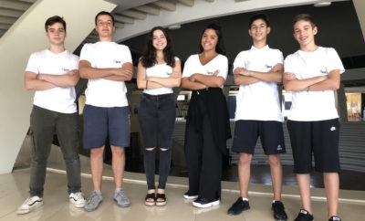 """Η Zeus Racing Team στον Παγκόσμιο τελικό της Σιγκαπούρης Η Zeus Racing Team είναι η μία από τις τρεις σχολικές ομάδες που θα εκπροσωπήσουν τη χώρα μας στο παγκόσμιο πρωτάθλημα του διαγωνισμού «F1 In Schools» που θα διεξαχθεί 9-12 Σεπτεμβρίου 2018 στη Σινγκαπούρη, την ίδια εβδομάδα με το ομώνυμο Grand Prix της Formula 1. Η ομάδα πήρε την πρόκριση μετά από 8 μήνες προετοιμασίας και μια σπουδαία εμφάνιση στους εθνικούς τελικούς που έγιναν τον περασμένο Μάιο στην Αθήνα. Η Zeus Racing Team, αποτελείται από δώδεκα μαθητές των ιδιωτικών σχολείων «Εκπαιδευτική Αναγέννηση» «Αρσάκειο Τοσίτσειο Εκάλης» και αυτή την περίοδο προετοιμάζεται πυρετωδώς για τους παγκόσμιους τελικούς, με στόχο να ανταγωνιστεί επάξια τις 51 ομάδες από 23 χώρες που θα λάβουν μέρος και να ανέβει στο βάθρο των νικητών. Η προσπάθεια αυτή, δεν θα μπορούσε να υλοποιηθεί χωρίς την υποστήριξη των χορηγών, που από την αρχή αγκάλιασαν την προσπάθεια και βοηθούν με κάθε τρόπο. Πρόκειται για τους εξής: KIA, ΣΤΕΡΓΙΟΥ, Ίδρυμα Σταύρος Νιάρχος, ΜΥΤΙΛΗΝΑΙΟΣ, ΜΕΓΑ, BIC, ΔΕΗ, INFINITUM, 4ΤΡΟΧΟΙ, SKF, CNC SOLUTIONS, 3D HUB, AKATT AE, DELOITTE, Ενεργειακή Σάμου Α.Ε. και MAS. Τι είναι το """"F1 in Schools""""? Ο διαγωνισμός F1 in Schools διεξάγεται εδώ και 12 χρόνια υπό την αιγίδα της Formula One και αποτελεί ένα από τα πιο ολοκληρωμένα προγράμματα S.T.E.M. Education ( Science, Technology, Engineering, Mathematics ) για την ενίσχυση του ενδιαφέροντος των μαθητών για τις Φυσικές Επιστήμες, τις Νέες Τεχνολογίες, την Μηχανική, τα Μαθηματικά, το Marketing, τα Media και όχι μόνο. Κάθε ομάδα καλείται να σχεδιάσει και να κατασκευάσει ένα αεροδυναμικό αμαξίδιο – μινιατούρα από πολυουρεθάνη, το οποίο κινείται με την πυροδότηση μιας αμπούλας πεπιεσμένου αέρα που προσαρμόζεται στο πίσω μέρος του. Το αμαξίδιο συναγωνίζεται σε αγώνες ταχύτητας τα αμαξίδια των άλλων ομάδων που συμμετέχουν στους αγώνες, πάνω σε μια μεταλλική ευθεία πίστα 25 μέτρων. Εκτός από τον σχεδιασμό και την κατασκευή του αμαξιδίου, κάθε ομάδα πρέπει να καταρτίσει και να """