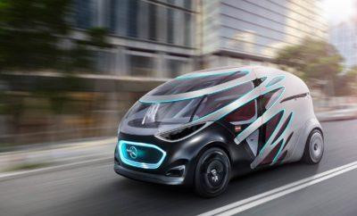 Στην πόλη του μέλλοντος με το Vision URBANETIC Σύλληψη & ιδέα Αποδοτική, βιώσιμη και κατ' αίτηση (on demand) κινητικότητα. Το Vision URBANETIC αναποκρίνεται στα ζητήματα κινητικότητας στην πόλη του μέλλοντος • Εντελώς νέο concept κινητικότητας για αποδοτική, άνετη, βιώσιμη και on demand κινητικότητα • Στο αυτόνομα οδηγούμενο πλαίσιο μπορεί να προσαρμόζεται μία μονάδα μεταφοράς φορτίου ή μία μονάδα μεταφοράς επιβατών, ανάλογα με τις ανάγκες • Ηλεκτρικό σύστημα κίνησης για μηδενικές εκπομπές και αθόρυβη οδήγηση • Ιδέες κινητικότητας ενσωματωμένες σε μία ευφυή, ηλεκτρονική υποδομή αυτοεκμάθησης για διαρκή ανάλυση των μεταφορικών αναγκών • Η ζήτηση και η προσφορά καταγράφονται σε πραγματικό χρόνο και τα διαθέσιμα οχήματα αξιοποιούνται βέλτιστα • Μέγιστη οικονομία, αποδοτικότητα και ευελιξία για πόλεις, παρόχους υπηρεσιών κινητικότητας και χρήστες Η Mercedes-Benz Vans παρουσιάζει το Vision URBANETIC, μία επαναστατική ιδέα κινητικότητας που υπερβαίνει κάθε άλλη ιδέα για τα αυτόνομα οχήματα μέχρι σήμερα. Το Vision URBANETIC καταργεί τη διάκριση ανάμεσα στη μετακίνηση επιβατών και τη μεταφορά αγαθών. Επιτρέπει τη βιώσιμη, αποδοτική και on demand μεταφορά επιβατών και αγαθών, και υιοθετεί μία πρωτοποριακή προσέγγιση, προκειμένου να ικανοποιούνται οι ανάγκες των πόλεων, των επιχειρήσεων από διαφόρους κλάδους, καθώς και των κατοίκων πόλεων και ταξιδιωτών. Η ιδέα μειώνει τις κυκλοφοριακές ροές, αποσυμφορεί τα κέντρα των πόλεων και συμβάλλει στη βελτίωση της ποιότητας ζωής στην πόλη. Στο πλαίσιο μίας ολιστικής λύσης, το Vision URBANETIC αντιμετωπίζει τις μελλοντικές αστικές προκλήσεις και προσφέρει καινοτόμες λύσεις. Η οραματική ιδέα βασίζεται σε αυτό-οδηγούμενα, ηλεκτροκίνητα πλαίσια οχημάτων στα οποία μπορούν να τοποθετούνται εναλλάξιμα αμαξώματα για τη μεταφορά είτε επιβατών είτε αγαθών. Ως όχημα διαμοιρασμού διαδρομής, το Vision URBANETIC μπορεί να φιλοξενεί έως δώδεκα επιβάτες, ενώ η μονάδα μεταφοράς φορτίου χωράει έως δέκα παλλέτες EPAL. Στο όχημα συνολικού μήκους 5,14 μέτ