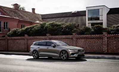 Νέο Volvo V60: το premium wagon της νέας εποχής βρίσκεται στην Ελλάδα • Ξεκίνησε η διάθεση του νέου Volvo V60 στην ελληνική αγορά • Σχεδίαση με χαρακτήρα, λειτουργικό εσωτερικό με μεγάλους χώρους και δυναμική οδηγική συμπεριφορά συνθέτουν την εικόνα ενός premium wagon για τη νέα εποχή • Κορυφαίες τεχνολογίες άνεσης και ασφάλειας εξασφαλίζουν απολαυστικές διαδρομές και μέγιστη προστασία για τους επιβάτες Το νέο Volvo V60, το premium wagon που απαντά στις προκλήσεις της σύγχρονης ζωής, βρίσκεται ήδη στην Ελλάδα. Είναι ένα πολυχρηστικό μεσαίο οικογενειακό νέας γενιάς με σπορ χαρακτήρα, για όσους εκτιμούν την κορυφαία σκανδιναβική σχεδίαση, τη συναρπαστική οδήγηση και την τεχνολογία που κάνει πιο εύκολη την καθημερινή ζωή. Το νέο V60 εξοπλίζεται με προηγμένα συστήματα κίνησης που εξασφαλίζουν δυναμικές επιδόσεις και χαμηλή κατανάλωση. Στην γκάμα του περιλαμβάνονται κινητήρες βενζίνης και πετρελαίου, καθώς και δύο υβριδικά συστήματα κίνησης Twin Engine, με τεχνολογία Plug-in Hybrid. Το νέο Volvo V60 βασίζεται στην προηγμένη πλατφόρμα SPA (Scalable Product Architecture), όπως το XC60 και τα μοντέλα της σειράς 90. Οι σχεδιαστές του επωφελήθηκαν από τις δυνατότητες αυτής της εξελιγμένης δομής για να εισαγάγουν νέα πρότυπα στην κατηγορία των μεσαίων premium μοντέλων και να προσφέρουν ένα αυτοκίνητο με πολυτελές εσωτερικό, μεγάλους χώρους, προηγμένη συνδεσιμότητα, καθώς και την τελευταία λέξη της τεχνολογίας σε συστήματα υποστήριξης οδηγού και άλλες τεχνολογίες ασφαλείας της Volvo. Το νέο Volvo V60 διαθέτει δυναμικό οδηγικό χαρακτήρα, χάρη σε ένα καλά μελετημένο πλαίσιο που προσφέρει εξαιρετικό έλεγχο. Η ανάρτησή του περιλαμβάνει διπλά ψαλίδια εμπρός και διάταξη integral link πίσω, παρέχοντας βέλτιστη οδική συμπεριφορά, χωρίς συμβιβασμούς στην άνεση και την ποιότητα κύλισης. Η εκτεταμένη χρήση βοριούχου χάλυβα υπερυψηλής αντοχής (UHSS) δημιουργεί έναν εξαιρετικά άκαμπτο κλωβό προστασίας για όλους τους επιβάτες, ενώ τα προηγμένα χαρακτηριστικά ασφαλείας, γνωστά από τα κορυφαία