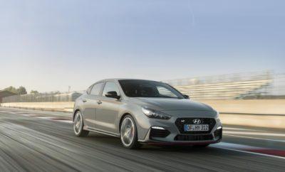 Η Hyundai αποκαλύπτει το ολοκαίνουργιο i30 Fastback N : Ρώμη - Παρίσι σε 8:18 λεπτά • Το νέο i30 Fastback N απέδειξε τον επιτυχημένο συνδυασμό του εκλεπτυσμένου και κομψού σχεδιασμού με τον N fun-to-drive χαρακτήρα του σε έναν αγώνα ρεκόρ • Ο Thierry Neuville και ο Gabriele Tarquini οδήγησαν στα όρια το νέο i30 Fastback N από τη Ρώμη στο Παρίσι • Με το πρώτο 5θυρο hot κουπέ στην κατηγορία C, ο Gabriele Tarquini κατάφερε σε μόνο 8:18 λεπτά να καλύψει την απόσταση μεταξύ των δύο χωριών της Δανίας • Το i30 Fastback N, το δεύτερο μοντέλο υψηλών επιδόσεων της Hyundai στην Ευρώπη, προσφέρει μέγιστη οδηγική απόλαυση, όπως σαφώς και το επιτυχημένο 5θυρο hatchback i30 N Λίγο πριν την επίσημη παγκόσμια πρεμιέρα του στο Σαλόνι Αυτοκινήτου του Παρισιού του 2018, το νέο i30 Fastback N είχε ήδη περάσει τη γραμμή τερματισμού στο Παρίσι σε ένα αγώνα δρόμου που ξεκίνησε από τη Ρώμη. Οι επαγγελματίες οδηγοί της Hyundai Motorsport, Thierry Neuville και Gabriele Tarquini, πραγματοποίησαν παγκόσμιο ρεκόρ με το πρώτο 5θυρο hot κουπέ στην κατηγορία C. Οι Neuville και Tarquini οδήγησαν το αυτοκίνητο στα όριά του - όχι οδηγώντας από την Ιταλική προς τη Γαλλική πρωτεύουσα, αλλά τους δρόμους μεταξύ Ρώμης και Παρισιού, δύο γραφικών χωριών της Δυτικής Δανίας. Πίσω από το τιμόνι του i30 Fastback N, ο Tarquini κάλυψε την απόσταση σε μόλις 8:18, κερδίζοντας τον αγώνα για κλάσματα του δευτερολέπτου. Ο Neuville, ο οποίος ηγείται σήμερα στο πρωτάθλημα των οδηγών του WRC και ο θρύλος του Motorsport Tarquini, με περισσότερα από 25 χρόνια αγωνιστικής εμπειρίας, ήταν η τέλεια ομάδα για αυτή τη μονομαχία. Η ισχύς του coupe υψηλών επιδόσεων παρουσιάζεται σε ένα βίντεο που δημιουργεί μια αληθινά αγωνιστική ατμόσφαιρα με τον ισχυρό ήχο του κινητήρα και τις συναρπαστικές λήψεις οδήγησης του i30 Fastback N. Το νέο i30 Fastback N είναι το δεύτερο μοντέλο υψηλών επιδόσεων της Hyundai στην Ευρώπη μετά το 5θυρο hatchback i30 N, το οποίο δημιούργησε μια πρωτοφανή επιτυχία, ξεπερνώντας τις αρχικές προσδοκίες πωλήσεω
