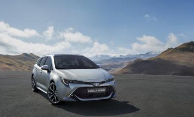 Πλαισιώνοντας το νέο hatchback που αποκαλύφθηκε για πρώτη φορά πριν από λίγους μήνες στη Γενεύη, το νέο Toyota Corolla Touring Sports κάνει την πρώτη του εμφάνιση στην Έκθεση Αυτοκινήτου του Παρισιού 2018. Το νέο Corolla διαθέτει δυναμική σχεδίαση που διαφοροποιείται ανάμεσα στο σπορ, συμπαγές και δυναμικό hatchback και το κομψό, αριστοκρατικό και πολυμορφικό Touring Sports. Το αμάξωμα του Touring Sports είναι προϊόν Ευρωπαϊκής σχεδίασης και εξέλιξης και απευθύνεται σε όσους αναζητούν πρακτικότητα και στυλ χωρίς συμβιβασμούς. Με την προσθήκη ενός νέου, πλήρως υβριδικού συστήματος κίνησης 2.0 L στη γκάμα των κινητήριων συνόλων, η νέα οικογένεια 2018 Corolla σηματοδοτεί επίσης το ντεμπούτο της dual hybrid στρατηγικής της Toyota. Υποδηλώνοντας τη συνεχή προσήλωση της μάρκας στην υβριδική τεχνολογία, το Corolla Touring Sports θα προσφέρει στους πελάτες έναν μόνο συμβατικό κινητήρα – έναν υπερτροφοδοτούμενο βενζινοκινητήρα 1.2 L 116 hp – και δυνατότητα επιλογής από δύο υβριδικά σύνολα, 1.8 L (122 hp) ή 2.0L 180 hp. Το τελευταίο είναι μία μοναδική πρόταση στην κατηγορία, καθώς κανένας άλλος συμβατικός κινητήρας δεν μπορεί να προσφέρει έναν εφάμιλλο συνδυασμό επιδόσεων και χαμηλών ρύπων. Το αναβαθμισμένο υβριδικό σύνολο των 1.8 L με αθόρυβη, εύχρηστη και άμεσης απόκρισης τεχνολογία EV, είναι αυτοφορτιζόμενο και προσφέρει χαμηλό λειτουργικό κόστος. Συνεχίζοντας να ανταμείβει τους πελάτες με τα παραπάνω πλεονεκτήματα, η δίλιτρη μονάδα εκμεταλλεύεται πλήρως την πρόσθετη οδηγική άνεση, ευστάθεια, συμπεριφορά και οδηγική απόλαυση που είναι εγγενή χαρακτηριστικά της νέας πλατφόρμας Toyota New Global Architecture (TNGA) GA-C. Το νέο Corolla υιοθετεί ένα δοκιμασμένο σύστημα εμπρός ανάρτησης με γόνατα MacPherson, νέα διάταξη πίσω ανάρτησης πολλαπλών συνδέσμων, νέα τεχνολογία βαλβίδων αμορτισέρ και, για πρώτη φορά, το προαιρετικό Adaptive Variable Suspension (AVS). Στην οδική συμπεριφορά και ευελιξία, κλειδί είναι ο χαμηλά τοποθετημένος κινητήρας, το χαμηλό σημείο Η (hip point) των 