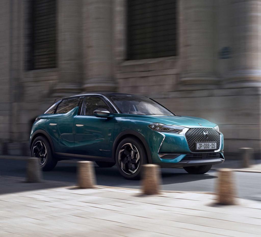 """H DS Automobiles, η νέα premium Γαλλική εταιρεία, θα παρουσιάσει τέσσερις παγκόσμιες πρεμιέρες ηλεκτρικών μοντέλων στο Σαλόνι Αυτοκινήτου του Παρισιού. Πρόκειται για τα: • DS 3 CROSSBACK, το εμβληματικό SUV με το High-Tech ύφος και την 100% ηλεκτρική του έκδοση, την DS 3 CROSSBACK E-TENSE • DS 7 CROSSBACK E-TENSE 4x4 που εφοδιάζεται με ένα υβριδικό σύνολο βενζινοκινητήρα/ ηλεκτροκινητήρα υψηλής απόδοσης • DS E-TENSE FE 19, το αμιγώς ηλεκτρικό μονοθέσιο με το οποίο συμμετέχει η DS στο Πρωτάθλημα FIA Formula E, στα χρώματα της αγωνιστικής ομάδας για το 2018/2019 • DS X E-TENSE, το αμιγώς ηλεκτρικό ονειρικό αυτοκίνητο της μάρκας που αποτελεί το όραμα της DS για την πολυτέλεια στην αυτοκίνηση για το έτος 2035 Εκτός της Παγκόσμιας Πρεμιέρας του DS 3 CROSSBACK, η DS θα δέχεται παραγγελίες για το μοντέλο, συμπεριλαμβανομένης και της περιορισμένης έκδοσης LA PREMIERE. Η DS Automobiles θα παρουσιάσει επίσης και το νέο περιορισμένης παραγωγής DS 3 FOREVER με το οποίο εμπλουτίζεται η γκάμα του DS 3, στην οποία βρίσκουμε όλες τις νέες ηλεκτρονικές εφαρμογές, καθώς και τα πλέον σύγχρονα στοιχεία τεχνολογικού εξοπλισμού. Στο Pavilion 1 του Parc des Expositions, στην Πύλη των Βερσαλλιών, ο χώρος της DS καλεί τους επισκέπτες να δουν και να ανακαλύψουν από τον κόσμο της μάρκας. Οι επισκέπτες θα μάθουν όλα τα νέα που αφορούν την DS και τις μελλοντικές παρουσιάσεις αλλά και θα ενημερωθούν για την ηλεκτροκίνηση που εκφράζεται με τον πλέον εμφατικό τρόπο από τα χαρακτηριστικά LED φώτα που οδηγούν στα σημεία αναφοράς της γκάμας E-TENSE (είναι η ονομασία όλων των ηλεκτροκίνητων εκδόσεων των μοντέλων της DS) που θα βρίσκονται στο χώρο. Το ραντεβού έχει οριστεί για την περίοδο από 4 έως 14 Οκτωβρίου στο Παρίσι. """"Στο Σαλόνι Αυτοκινήτου του Παρισιού, η DS «γράφει» ένα νέο κεφάλαιο στην ιστορία της με τέσσερις παγκόσμιες πρεμιέρες που αποδεικνύουν πως το μέλλον αρχίζει τώρα! Η ηλεκτροκίνηση είναι στην καρδιά της στρατηγικής της DS για το μέλλον. Τα πρώτα ηλεκτρικά μοντέλα της DS θα παρουσιαστο"""