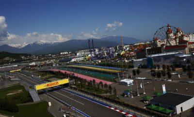 """Η εξαιρετικά μαλακή γόμα (hypersoft) – το ταχύτερο και πιο μαλακό ελαστικά στη γκάμα Pirelli Formula 1 – που συντελεί στην κατάρριψη των ρεκόρ σε κάθε πίστα που χρησιμοποιείται, πάει τώρα στη Ρωσία σε συνδυασμό με την πάρα πολύ μαλακή (ultrasoft) και την μαλακή (soft) γόμα. Πρόκειται για τον ίδιο συνδυασμό γομών που χρησιμοποιήθηκε και στη Σιγκαπούρη με ένα «κενό» ανάμεσα στις γόμες, καθότι λείπει η πολύ μαλακή (supersoft). Αυτό και πάλι θα διευρύνει τις επιλογές στρατηγικής καθώς η διαφορά απόδοσης ανάμεσα στις επιλεχθείσες γόμες είναι μεγάλη αλλά ίση. Παραταύτα καθώς η Ρωσία είναι εντελώς διαφορετική διαδρομή από τη Σιγκαπούρη πιθανόν θα ανακαλύψουμε πολλές ακόμη άγνωστες παραμέτρους αυτό το Σαββατοκύριακο. Η ΠΙΣΤΑ ΥΠΟ ΤΟ ΠΡΙΣΜΑ ΤΩΝ ΕΛΑΣΤΙΚΩΝ (*) Πρόσφυση ασφάλτου, κάθετη δύναμη, τραχύτητα ασφάλτου, καταπόνηση ελαστικών, πλευρικές δυνάμεις. • Η πίστα του Σότσι έγινε γνωστή το 2014 για την πολύ λεία και γλιστερή επιφάνεια. Από τότε όμως η άσφαλτος ωρίμασε παρότι όχι όσο αναμένονταν λόγω των ακραίων θερμοκρασιακών διακυμάνσεων χειμώνα/καλοκαίρι στο Σότσι. • Ο αγώνας επέστρεψε σε φθινοπωρινή ημερομηνία όπως ήταν ως το 2016. • Η φθορά και η πτώση στην απόδοση είναι χαμηλές όμως η εξαιρετικά μαλακή γόμα είναι δυο επίπεδα πιο μαλακή από την περσινή πάρα πολύ μαλακή γόμα (ultrasof). • Πέρυσι ο νικητής Valtteri Bottas, με Mercedes ακολούθησε στρατηγική μιας αλλαγής: Πήρε την 1η νίκη της καριέρας του στη F1 αλλάζοντας από πάρα πολύ μαλακή σε πολύ μαλακή γόμα στον 27ο γύρο. • Η πιο απαιτητική για τα ελαστικά, στροφή, είναι η Νο 3: Παρατεταμένη αριστερή με πολλές κορυφές. • Το εμπρός δεξιά ελαστικά καταπονείται περισσότερο στο γύρο των 5.848m που απαιτεί καλή ελκτική πρόσφυση και σταθερότητα στο φρενάρισμα. MARIO ISOLA – ΕΠΙΚΕΦΑΛΗΣ ΑΓΩΝΩΝ ΑΥΤΟΚΙΝΗΤΟΥ """"Διατηρώντας ένα κενό ανάμεσα στις επιλεγείσες γόμες και κάνοντας την ίδια επιλογή με τη Σιγκαπούρη ελπίζουμε να δούμε αντίστοιχη ποικιλία στρατηγικών με τον προηγούμενο αγώνα. Όμως το περιεχόμενο στο Σότσι είναι τελείως διαφορε"""
