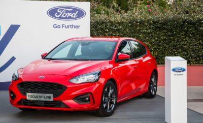 """Το νέο Ford Focus """"πατάει"""" Ελλάδα. Δείτε το από κοντά στη Μαρίνα Φλοίσβου. Λίγες ημέρες πριν την έναρξη του δημοσιογραφικού λανσαρίσματος του νέου Ford Focus στην Ελληνική αγορά, το πρώτο αυτοκίνητο που έφτασε στην Ελλάδα εκτίθεται στη Μαρίνα Φλοίσβου. Στο ειδικά διαμορφωμένο περίπτερο που έχει στηθεί εκεί από την Ford, το νέο Focus σε σπορ έκδοση ST-Line καλωσορίζει τους επισκέπτες και προσφέρει σε όλους όσους το προ-παραγγείλουν premium εξοπλισμό* χωρίς extra χρέωση που περιλαμβάνει: • Auto Park Assist • Κάμερα οπισθοπορείας • Προστατευτικά στα άκρα των θυρών (Door Edge protector) • Σύστημα απεικόνισης πληροφοριών Heads-up display Δείτε το από κοντά δίπλα στα δημοφιλή SUV, Ford Kuga και Ford EcoSport, και ανακαλύψτε με τη βοήθεια του εκπαιδευμένου προσωπικού** που θα βρίσκεται εκεί, όλες τις νέες τεχνολογίες του. Νέο Ford Focus: Το καλύτερο Ford που κατασκευάσαμε ποτέ! * Η προσφορά του premium εξοπλισμού ισχύει για τις εκδόσεις ST-Line και παραγγελίες που θα υποβληθούν στους Επισήμους Εμπόρους μέχρι και 28/9/2018. ** Ώρες λειτουργίας του περιπτέρου: Δευτέρα 20:00-22:00 & Τρίτη έως Κυριακή 19:00-23:00."""
