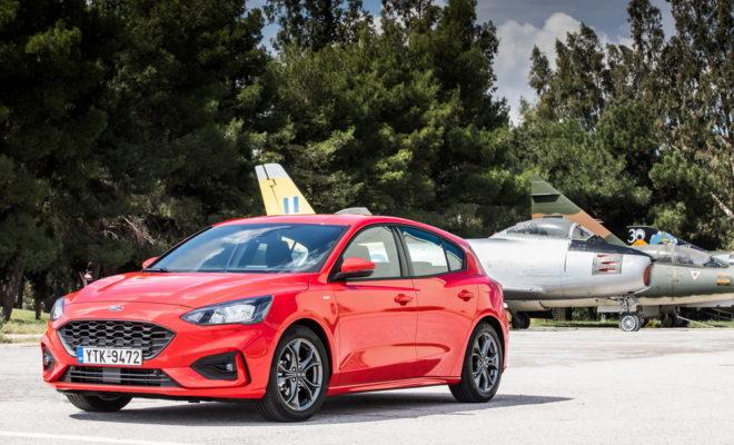 • Το νέο, μεσαίο, οικογενειακό Ford Focus είναι πιο κομψό και ευρύχωρο από ποτέ. Διαφορετικές νέες εκδόσεις περιλαμβάνουν το πολυτελές Focus Vignale και το εμπνευσμένο από SUV, Focus Active • Νέες τεχνολογίες υποστήριξης βοηθούν τους οδηγούς να διαχειρίζονται πιο άνετα τις συνθήκες πυκνής κυκλοφορίας, βελτιώνουν την ορατότητα στο σκοτάδι, διευκολύνουν το παρκάρισμα μέσω ενός μπουτόν και αποτρέπουν τα ατυχήματα • Το νέο Focus είναι το πιο απολαυστικό στην οδήγηση μεσαίο αυτοκίνητο και πιο άνετο από ποτέ, με νέα επιλέξιμα Προφίλ Οδήγησης (Drive Modes) και προηγμένες τεχνολογίες ανάρτησης • Επιλογές συνδεσιμότητας και ψυχαγωγίας περιλαμβάνουν FordPass Connect modem, ασύρματη φόρτιση, SYNC 3 με οθόνη αφής και φωνητική ενεργοποίηση και ηχοσύστημα B&O PLAY Το νέο Ford Focus διαθέτει απαράμιλλο στυλ, αυξημένη ευρυχωρία και προηγμένες τεχνολογίες οδήγησης για τους αγοραστές μεσαίων μοντέλων. Οι μηχανικοί της Ford συνεργάστηκαν με αγοραστές αυτοκινήτων για να εξελίξουν το νέο πεντάθυρο Focus και πιο πρακτικά μοντέλα Focus wagon σε διαφορετικές εκδόσεις, κάθε μία με τη δική της προσωπικότητα – όπως το κομψό Focus Titanium, το σπορ Focus ST-Line και το πολυτελές Focus Vignale. Το νέο Focus Active crossover υιοθετεί σκληροτράχηλο στυλ εμπνευσμένο από SUV, με αυξημένο ύψος από το έδαφος, μπάρες οροφής και πρόσθετες προστατευτικές ποδιές. Το νέο Focus λανσάρει επίσης μία ολοκληρωμένη γκάμα προηγμένων τεχνολογιών οδήγησης που βοηθούν τους οδηγούς να διαχειρίζονται καλύτερα τις συνθήκες πυκνής κυκλοφορίας, να βλέπουν πιο καθαρά στο σκοτάδι, να παρκάρουν πιέζοντας απλά ένα μπουτόν και να αποφεύγουν ατυχήματα. «Το νέο μας Ford Focus είναι η επιτομή της τεχνολογίας και οδηγικής ικανοποίησης στην κατηγορία,» δήλωσε ο Joe Bakaj, vice president, Product Development, Ford Ευρώπης. «Η ευκαιρία να δημιουργήσουμε ένα εντελώς νέο αυτοκίνητο από λευκό κομμάτι χαρτί δεν παρουσιάζεται κάθε μέρα. Την αρπάξαμε και με τα δύο χέρια για να φτιάξουμε το καλύτερο, προσιτό μεσαίο οικογενειακό αυτοκίνητο
