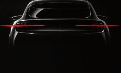 Η Ford αποκάλυψε σήμερα την πρώτη teaser φωτογραφία του νέου SUV επιδόσεων της εταιρίας που είναι εμπνευσμένο από τη νέα Mustang. Πρόκειται για το πρώτο νέο μοντέλο από την ομάδα Ford Team Edison που ασχολείται αποκλειστικά με την εξέλιξη ηλεκτρικών οχημάτων για την παγκόσμια αγορά. Ο Darren Palmer είναι global product development director της Ford Team Edison – μία εξειδικευμένη ομάδα που εδρεύει σε νέα γραφεία στο κέντρο του Ντιτρόιτ, των ΗΠΑ. Η ομάδα έχει την άδεια να λειτουργεί με εντελώς νέο και καινοτόμο τρόπο στην εξέλιξη ηλεκτρικών οχημάτων για μία αγορά που αναπτύσσεται με εκθετικό ρυθμό. Επιφορτισμένη με την αποστολή της ταχείας κινητοποίησης και άμεσης συνεργασίας για την επίλυση συνηθισμένων προβλημάτων αλλά και των μοναδικών προκλήσεων που προκύπτουν σε κάθε αγορά, η Team Edison έχει ενστερνιστεί μία φιλοσοφία χωρίς ιεραρχικούς κανόνες και περιορισμούς για να ενθαρρύνει ιδέες από διαφορετικές σκοπιές. Η Team Edison επίσης υιοθετεί μία φρέσκια προσέγγιση στην εξέλιξη πρωτοτύπων προϊόντων. Πρωτότυπα χαμηλής πιστότητας που εξελίσσονται ταχύτερα – ακόμα και από υλικά όπως το χαρτόνι, όπου μπορεί να εφαρμοστεί – επιτρέπουν μεγαλύτερη ευελιξία στην εκμάθηση και επανάληψη, και προσφέρουν πραγματικά εμπνευσμένα και καινοτόμα σχέδια. «Οι αγοραστές ηλεκτρικών οχημάτων επενδύουν στο μέλλον και η ομάδα μας είναι πλήρως αφοσιωμένη όχι μόνο στο να δημιουργεί αυτοκίνητα που θα αγαπήσουν οι πελάτες, αλλά στο να προσφέρει ένα ολόκληρο οικοσύστημα ηλεκτρικών οχημάτων με αψεγάδιαστη λειτουργία» δήλωσε ο Palmer. Το νέο πλήρως ηλεκτρικό SUV επιδόσεων της Ford που είναι εμπνευσμένο από την Mustang αναμένεται το 2020 με προβλεπόμενη αυτονομία 480 χιλιομέτρων. Η Ford επενδύει 11 δισεκατομμύρια δολάρια και σχεδιάζει να προσφέρει 16 πλήρως ηλεκτρικά οχήματα σε μία παγκόσμια γκάμα 40 ηλεκτρικών / plug-in υβριδικών οχημάτων μέχρι το 2022.
