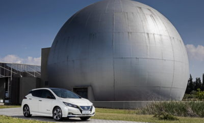 """Το νέο, αμιγώς ηλεκτροκίνητο Nissan LEAF, θα βρίσκεται από από τις 8 έως τις 16 Σεπτεμβρίου, στην 83η Διεθνή Έκθεση Θεσσαλονίκης, σε ειδικά διαμορφωμένο εξωτερικό χώρο, στον κεντρικό άξονα, μπροστά από το Περίπτερο 15. Το νέο Nissan LEAF, θα παρουσιαστεί ως το ''ταξί του μέλλοντος'', κάνοντας επίδειξη των δυνατοτήτων του, σε συνδυασμό με όλες τις σύγχρονες υπηρεσίες που προσφέρουν τα ραδιοταξί. Παράλληλα, οι επισκέπτες του περιπτέρου θα ενημερωθούν για τα οφέλη της ηλεκτροκίνησης και της ευφυούς κινητικότητας, ενώ θα υπάρχει και σύστημα προβολής των τουριστικών σημείων της πόλης στους επιβάτες, μέσα από μια αναδρομή στο παρελθόν και τη λειτουργία των ταξί, δεκαετίες πριν. Το νέο, αμιγώς ηλεκτροκίνητο Nissan LEAF αποτελεί την αιχμή του δόρατος της στρατηγικής Intelligent Mobility της Nissan, καθώς διαθέτει πρωτοποριακή τεχνολογία και σχεδιασμό που το καθιστά την βέλτιστη επιλογή αγοράς στην κατηγορία του. Με μια νέα μπαταρία 40 kWh που αποδίδει 270 χλμ σε μικτό κύκλο οδήγησης, με βάση τα νέα ρεαλιστικά πρότυπα κατανάλωση και εκπομπών του WLTP, το LEAF προσφέρει στον οδηγό του μια ασφαλή και δυναμική εμπειρία οδήγησης. Το νέο Nissan LEAF, διαθέτει πλήθος νέων, καινοτόμων τεχνολογιών, όπως το Nissan ProPILOT, το ProPILOT Park και το e-Pedal, τα οποία αποδεικνύονται ιδιαίτερα δημοφιλή στους πελάτες. Μέχρι στιγμής, το 72% των νέων αγοραστών του LEAF, έχει επιλέξει το προαιρετικό ημιαυτόνομο σύστημα οδήγησης ProPILOT. Το αμιγώς ηλεκτροκίνητο μοντέλο έχει κερδίσει πολλά βραβεία για την πρωτοποριακή τεχνολογία και τις επιδόσεις του. Κέρδισε το βραβείο """"Παγκόσμιο Πράσινο Αυτοκίνητο 2018"""" στο Διεθνές Σαλόνι Αυτοκινήτου της Νέας Υόρκης και έλαβε βαθμολογίες ασφάλειας 5 αστέρων, τόσο από το Ευρωπαϊκό Πρόγραμμα Αξιολόγησης Νέων Αυτοκινήτων (Euro NCAP), όσο και από το Πρόγραμμα Αξιολόγησης Νέων Αυτοκινήτων της Ιαπωνίας. Το Nissan LEAF είναι το πρώτο σε πωλήσεις αμιγώς ηλεκτροκίνητο όχημα στην ιστορία της αυτοκίνησης, έχοντας ξεπεράσει τα 340.000 πωληθέντα αυτοκίνητα, από τότε που"""
