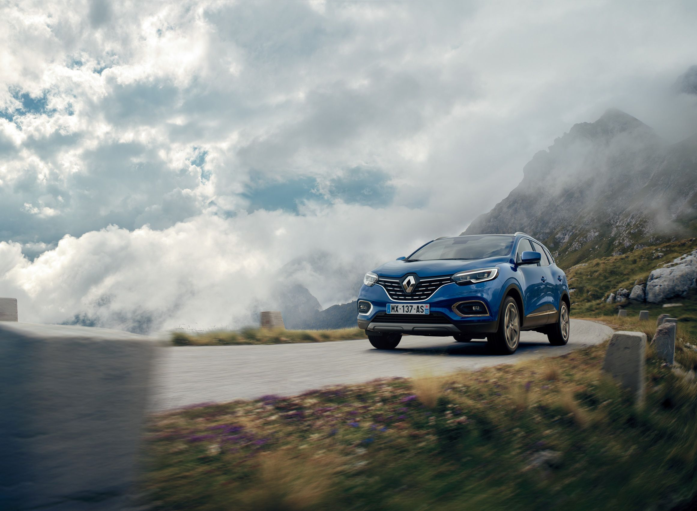 Το νέο Renault KADJAR έρχεται αναβαθμισμένο σε όλα τα επίπεδα, εξελίσσοντας τη στιβαρή και κομψή εμφάνισή του αλλά και αξιοποιώντας τη νέα γενιά κινητήρων βενζίνης και diesel της Renault για κορυφαία οδηγική απόλαυση. Το Renault KADJAR, που παρουσιάστηκε το 2015, κατάφερε να καθιερωθεί στη δημοφιλή κατηγορία των SUV. Στοιχεία όπως η πληθωρική, αλλά κομψή και δυναμική του εμφάνιση καθώς και οι εκτός δρόμου ικανότητες, όπως προκύπτουν από το εξελιγμένο σύστημα τετρακίνησης που διαθέτει, κέρδισαν πάνω από 450.000 πελάτες σε περισσότερες από 50 χώρες, που διατίθεται το μοντέλο. Τώρα, το νέο KADJAR έρχεται αναβαθμισμένο σε όλους τους τομείς για να ανεβάσει σε ακόμα πιο υψηλά επίπεδα την αισθητική, την άνεση και το δυναμισμό. Η εμφάνισή του διατηρεί τις γνώριμες γραμμές, αλλά υιοθετεί πινελιές που το κάνουν να δείχνει πιο φρέσκο και πιο ποιοτικό. Το εσωτερικό του είναι ανασχεδιασμένο με έμφαση στην άνεση, την ποιότητα και τον εργονομικό σχεδιασμό, προάγοντας την ευχρηστία και την καθημερινή εμπειρία συμβίωσης μαζί του. Τέλος, και πιο σημαντικό, το νέο KADJAR εξοπλίζεται με εντελώς νέους κινητήρες βενζίνης και diesel. Εξωτερική σχεδίαση: Αναβάθμιση σε κάθε λεπτομέρεια Η σχεδίαση του νέου Renault KADJAR γίνεται ακόμα πιο κομψή, με πιο ρευστές γραμμές και πιο εκλεπτυσμένα διακοσμητικά στοιχεία. Εμπρός, η «φωτεινή υπογραφή» της Renault με την μορφή των C-Shaped φωτιστικών παραμένει, ενώ εντυπωσιάζουν τα νέα φλας LED και οι προβολείς ομίχλης με τεχνολογία LED Pure Vision, για μεγαλύτερη εξοικονόμηση ενέργειας. Στο πίσω μέρος, η τεχνολογία LED υιοθετήθηκε και για τα φλας, το φως όπισθεν και τα φώτα ομίχλης που είναι πλέον λεπτότερα και ενσωματωμένα στον προφυλακτήρα για ακόμα κομψότερη εμφάνιση. Παράλληλα, ανασχεδιασμένη είναι η γρίλια της μάσκας με διακοσμητικά χρωμίου, ενώ πιο εκλεπτυσμένοι είναι και οι προφυλακτήρες εμπρός και πίσω. Τέλος, το νέο KADJAR είναι διαθέσιμο με δύο νέα σχέδια ζαντών αλουμινίου 17 & 19 ιντσών, ενώ εμπλουτισμένη είναι και η χρωματική του παλέτα. Εσω