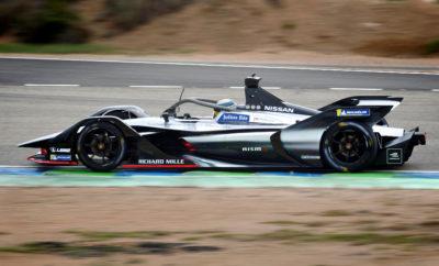 """H Nissan """"πατάει γκάζι"""" για την Formula E, αποκτώντας μετοχικό μερίδιο στην e.dams. Eν όψει του ντεμπούτου της στο πρωτάθλημα των αμιγώς ηλεκτροκίνητων αγώνων της ABB FIA Formula E, η Nissan ενδυναμώνει τη συνεργασία της με την e.dams, αποκτώντας μετοχικό μερίδιο στην επιτυχημένη αγωνιστική ομάδα. Η Nissan είναι η πρώτη Ιαπωνική μάρκα αυτοκινήτων που εισέρχεται στη Formula E. Η ενέργεια αυτή αποτελεί την πιο πρόσφατη έκφραση του Nissan Intelligent Mobility, του οράματος της εταιρείας για την αλλαγή του τρόπου με τον οποίο τα αυτοκίνητα οδηγούνται, τροφοδοτούνται και ενσωματώνονται στην κοινωνία. Η e.dams με έδρα στο Le Mans της Γαλλίας και συνιδρυτή τον διευθυντή της ομάδας Jean-Paul Driot, αποτελεί συνέχεια της DAMS, με κορυφαία παρουσία στα δρώμενα του μηχανοκίνητου αθλητισμού, για περισσότερα από 30 χρόνια. """"Είναι λογικό η Nisan να συνεργαστεί με την e.dams, ώστε να μπορέσει να αντλήσει γνώση και εμπειρία από τις νίκες και τα πρωταθλήματα που έχει κατακτήσει"""", δήλωσε ο Roel de Vries, αντιπρόεδρος της Nissan και παγκόσμιος επικεφαλής μάρκετινγκ και στρατηγικής της μάρκας. """"Το επίπεδο ανταγωνισμού στη Formula E θα γίνει ακόμα πιο έντονο στην πέμπτη σεζόν, με μια σειρά καινούργιων αυτοκινήτων και κινητήρων. Για να ενδυναμώσουμε αυτή την σχέση, η Nissan έχει πλέον αγοράσει ένα μετοχικό μερίδιο στην ομάδα και είμαστε ενθουσιασμένοι που συνεργαζόμαστε με τον Jean-Paul και τους συνεργάτες του."""" Για την νέα αυτή συνεργασία ο Driot, μεταξύ άλλων δήλωσε : """"Με τη Nissan, περιμένουμε με ανυπομονησία τις νέες προκλήσεις. Είμαστε πολύ περήφανοι για την ιστορία μας στη Formula E και ανυπομονούμε να προσθέσουμε νέες σελίδες στα βιβλία της ιστορίας των αγώνων, με τον νέο συνεργάτη μας και το νέο αυτοκίνητο."""" Nissan και e.dams έχουν αρχίσει τις δοκιμές του καινούργιου """"Gen2"""" αυτοκινήτου της Formula E, το οποίο προσφέρει περισσότερη δύναμη και εμβέλεια, εξαλείφοντας την ανάγκη για αλλαγές αυτοκινήτων κατά τον αγώνα, κάτι που ήταν χαρακτηριστικό της Formula E, κατά τις πρώτες τέσσερ"""