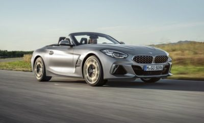 Τα πιο πρόσφατα μοντέλα της συνεχιζόμενης προϊοντικής επέλασης της BMW βρίσκονται στο επίκεντρο του εκθεσιακού περιπτέρου της, στο Σαλόνι Αυτοκινήτου του Παρισιού 2018. Σχεδίαση με έμφαση στο συναίσθημα, πρωτοποριακή τεχνολογία και ένα ακόμα πιο συναρπαστικό είδος οδηγικής απόλαυσης ορίζουν το χαρακτήρα των νέων μοντέλων που παρουσιάζει η BMW στη σημαντικότερη Ευρωπαϊκή Έκθεση Αυτοκινήτου του φετινού ημερολογίου. Οι νέες αφίξεις λανσάρουν τη νέα σχεδιαστική γλώσσα της μάρκας σε αρκετές κατηγορίες και σηματοδοτούν σημαντικές εξελίξεις στους τομείς της ψηφιοποίησης, της λειτουργίας, της βιωσιμότητας και της δυναμικής συμπεριφοράς. Οι επισκέπτες του Σαλονιού θα ανακαλύψουν τα πρώτα μοντέλα με το νέο BMW Operating System 7.0, που δημιουργεί μία πλήρως ψηφιακή απεικόνιση του πίνακα οργάνων και του Control Display και επιτρέπει την προσαρμογή των λειτουργιών με ακόμα μεγαλύτερη ακρίβεια στις προσωπικές προτιμήσεις του οδηγού. Άλλες καινοτομίες περιλαμβάνουν τις λειτουργίες BMW Laserlight και Steering & lane control assistant, που διατίθενται και για άλλα νέα μοντέλα της μάρκας, και το μοναδικό Reversing Assistant, που αναλαμβάνει τον έλεγχο διεύθυνσης στους ελιγμούς με όπισθεν σε στενούς χώρους όπου η ορατότητα είναι περιορισμένη. Η γκάμα μοντέλων παραγωγής που πρόκειται να κυκλοφορήσουν στην αγορά στο άμεσο μέλλον και οι καινοτόμες τεχνολογικές εξελίξεις που αναμένουν τους επισκέπτες του Παρισινού Σαλονιού από 4 – 14 Οκτωβρίου 2018 αντανακλούν την αυστηρή εφαρμογή της στρατηγικής NUMBER ONE > NEXT. Η εταιρική στρατηγική του BMW Group επικεντρώνεται σε τομείς σχετικούς με τις μελλοντικές επιδόσεις της εταιρίας, όπως σχεδίαση, αυτοματοποιημένη οδήγηση, συνδεσιμότητα, εξηλεκτρισμός και υπηρεσίες. Οι εξελίξεις που παρουσιάζονται στο Παρίσι, υπογραμμίζουν τον πρωταγωνιστικό ρόλο του premium κατασκευαστή στη διαμόρφωση του μέλλοντος της προσωπικής μετακίνησης. Επίσης, ιδιαίτερα σημαντική είναι η προϊοντική επέλαση BMW στην πολυτελή κατηγορία (που ξεκινά με την εκθεσιακή πρεμιέ