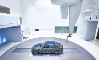 Με την παγκόσμια πρεμιέρα της νέας BMW Σειράς 3 Sedan προ των πυλών, ήρθε η ώρα για μία ανασκόπηση της σκληρής δουλειάς που έχει προηγηθεί. Η νέα γενιά του σπορ sedan μπαίνει στην τελική φάση ενός εκτεταμένου προγράμματος δοκιμών, από το οποίο περνούν όλα τα νέα μοντέλα BMW προκειμένου να πάρουν το 'χρίσμα' για την παραγωγή. Εδώ, προσομοιώνεται σε συμπυκνωμένη μορφή κάθε είδους καταπόνηση και πίεση που αντιμετωπίζει ένα αυτοκίνητο στην καθημερινή λειτουργία του. Από μεγάλα διαστήματα οδήγησης με τέρμα γκάζι (flat out) μέχρι ατελείωτα stop-start σε συνθήκες πυκνής κυκλοφορίας, από μηδενικές θερμοκρασίες μέχρι καύσωνες, από επαρχιακούς δρόμους με στροφές και υψηλές ταχύτητες σε αυτοκινητόδρομους μέχρι διαδρομές με λακκούβες, χιόνι, πάγο, χαλίκι και άμμο της ερήμου – τα πρωτότυπα που συμμετείχαν στο πρόγραμμα δοκιμών της νέας BMW Σειράς 3 Sedan πέρασαν από όλες τις δοκιμασίες που θα υφίστανται τα αντίστοιχα μοντέλα παραγωγής στην καθημερινότητα. Η μόνη διαφορά είναι ότι το εγχείρημα γίνεται με πολύ μεγαλύτερη ένταση και με έμπειρους μηχανικούς για να καταγράφουν με κάθε λεπτομέρεια την αντίδραση του μοντέλου προ-παραγωγής σε ποικίλες καιρικές και οδικές συνθήκες και αμέτρητους ακόμα κρίσιμους παράγοντες. Με λίγα λόγια, οι υπεύθυνοι δοκιμών εξασφαλίζουν ότι δεν υπάρχει τίποτα – όσο ασυνήθιστο κι είναι αυτό – που θα υπονομεύει την οδηγική απόλαυση στο αυτοκίνητο παραγωγής. Σας καλωσορίζουμε στο Death Valley, στην Πολιτεία της Nevada. Εδώ, το αυτόματο σύστημα ελέγχου κλιματισμού της νέας BMW Σειράς 3 Sedan δεν είναι το μόνο που 'εργάζεται' σκληρά. Οι πολυήμερες δοκιμές θερμότητας με επαναλαμβανόμενη έκθεση στον ήλιο επί αρκετές ώρες καταπονούν τα οχήματα, τα οποία στη συνέχεια ψύχονται και εξετάζονται λεπτομερώς. Τα πάντα πρέπει να λειτουργούν άψογα, να μην ακούγονται τριξίματα ή θόρυβοι – ακόμα και στους 50 βαθμούς Κελσίου υπό σκιά και στους 60 βαθμούς στο εσωτερικό του αυτοκινήτου, και με την καμπίνα να ψύχεται εκ νέου όσο το δυνατόν ταχύτερα. Ζέστη, σκόνη, αναβάσεις, η