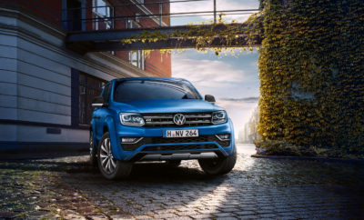 """Το Volkswagen Amarok με νέο, πανίσχυρο κινητήρα 258 ίππων • Νέος, πανίσχυρος κινητήρας για το Amarok, το πολύ επιτυχημένο pick up της Volkswagen που έχει κατακτήσει το διεθνή τίτλο του καλύτερου pick-up της χρονιάς, για το 2018 • Το Amarok πλέον εξοπλίζεται και με τον 3.0 TDI V6 πετρελαιοκινητήρα της VW, με ισχύ 258 PS, η οποία στη λειτουργία overboost ανεβαίνει στα 272 PS • Με το νέο κινητήρα, το Amarok γίνεται μακράν το ισχυρότερο και ταχύτερο στην κατηγορία • Ο νέος κινητήρας διατίθεται αποκλειστικά στην πλούσια έκδοση εξοπλισμού Aventura, με αυτόματο κιβώτιο 8 σχέσεων και μόνιμη τετρακίνηση 4MOTION, με ΠΤΛ τα 52.200 € Νέος, πανίσχυρος κινητήρας για το Amarok, το πολύ επιτυχημένο pick up της Volkswagen που έχει κατακτήσει το διεθνή τίτλο του καλύτερου pick-up της χρονιάς, για το 2018. Πρόκειται για τον 3.0 TDI V6 πετρελαιοκινητήρα της VW, με ισχύ 258 PS, η οποία στη λειτουργία overboost ανεβαίνει στα 272 PS. Πλέον, με το νέο κινητήρα, το Amarok γίνεται μακράν το ισχυρότερο και πιο γρήγορο μοντέλο στην κατηγορία του. Η μέγιστη ροπή του νέου, τρίλιτρου κινητήρα φθάνει τα 580 Nm και είναι διαθέσιμη ήδη από τις 1.400 σαλ. Η επιτάχυνση 0-100 χλμ./ώρα είναι 7,3 sec ενώ η τελική του ταχύτητα 207 χλμ./ώρα. Ο νέος κινητήρας διατίθεται μόνο με μόνιμη τετρακίνηση 4MOTION και αυτόματο κιβώτιο 8 σχέσεων. Το τελευταίο, είναι επίσης ένα στοιχείο που διαφοροποιεί το Amarok από τον ανταγωνισμό του, ο οποίος αρκείται σε αυτόματα κιβώτια 6 ή 7 σχέσεων. Το συγκεκριμένο κιβώτιο, χάρη στις μακρύτερες σχέσεις κρατά χαμηλά τις στροφές λειτουργίας του κινητήρα, επιτυγχάνοντας καλύτερη κατανάλωση καυσίμου, διασφαλίζοντας παράλληλα χαμηλότερα επίπεδα θορύβου και εκπομπών CO2. To Amarok, εφοδιασμένο με το νέο κινητήρα διατίθεται αποκλειστικά στην έκδοση Aventura, η οποία είναι και η κορυφαία της γκάμας. Μάλιστα, διαθέτει επιπλέον αναβαθμισμένο εξοπλισμό, με τις διαφορές σε σχέση με την προηγούμενη να εντοπίζονται στα εξής: • Νέες ζάντες αλουμινίου """"Talca"""" 20΄΄ με ελαστικά 255/50 R20 σε απόχ"""