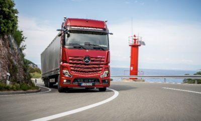 Το Νέο Actros της Mercedes-Benz: Η ναυαρχίδα των φορτηγών πιο αποδοτική, πιο ασφαλής, πιο ψηφιακή από ποτέ. Το Νέο Actros παρουσιάστηκε στις 5 Σεπτεμβρίου στο Βερολίνο κι εξέπληξε το κοινό με τις καινοτομίες του. Όπως αναφέρει ο Stefan Buchner, μέλος του divisional board των Daimler Trucks και Επικεφαλής της Mercedes-Benz Trucks: «Με περισσότερες από 60 καινοτομίες, το νέο Actros φέρνει σήμερα το μέλλον των φορτηγών βαριάς χρήσης στους δρόμους». Τα κυριότερα χαρακτηριστικά του νέου Actros: Ημι-αυτόματη οδήγηση με Active Drive Assist, έως και πέντε τοις εκατό λιγότερη κατανάλωση καυσίμου, MirrorCam στο βασικό εξοπλισμό, Active Brake Assist 5, συνδεσιμότητα και Multimedia Cockpit. Το Νέο Actros πρωτοπορεί με τις νέες λειτουργίες του. Στις 5 Σεπτεμβρίου πραγματοποιήθηκε η Παγκόσμια πρεμιέρα του νέου Actros στο Βερολίνο. Εν όψει της Διεθνούς Έκθεσης Επαγγελματικών Οχημάτων (ΙΑΑ) στο Ανόβερο της Γερμανίας, από 20 έως 27 Σεπτεμβρίου 2018, η Mercedes-Benz αποκάλυψε τη νέα ναυαρχίδα της Mercedes-Benz Trucks στο διεθνή τύπο σε μια εντυπωσιακή «Νύχτα Πρεμιέρας». Το νέο Actros είναι ένα φορτηγό με επαναστατικές καινοτομίες από το εργοστάσιο, οι οποίες αποδίδουν άμεσα. Το όχημα αναβαθμίζει την αποδοτικότητα για τους επιχειρηματίες και την άνεση για τους οδηγούς σε πρωτοφανή επίπεδα. Η κατανάλωση καυσίμου έχει μειωθεί σημαντικά, ενώ η ασφάλεια και η διαθεσιμότητα των οχημάτων έχει αυξηθεί περαιτέρω. Η αυτόματη οδήγηση ξεκινάει εδώ με το νέο Active Drive Assist Για την υποστήριξη των οδηγών καθώς και την περαιτέρω ενίσχυση της ασφάλειας και της άνεσης, η Mercedes-Benz Trucks εισαγάγει την ημι-αυτόματη οδήγηση σε σειρά παραγωγής. Το νέο Active Drive Assist μπορεί να επιβραδύνει, να επιταχύνει και να διευθύνει το όχημα. Το σύστημα προσφέρει ημι-αυτόματη οδήγηση σε όλο το εύρος ταχυτήτων οδήγησης άνευ εξαιρέσεως. Έως και πέντε τοις εκατό λιγότερη κατανάλωση καυσίμου Η κατανάλωση καυσίμου του νέου Actros μειώθηκε για ακόμη μία φορά σε σύγκριση με τα προηγούμενα μοντέλα και επιτυγχάνε