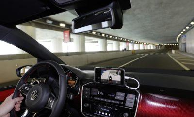 Η Volkswagen στη Digital Expo 2018 • Η Volkswagen θα παρουσιάσει προηγμένες τεχνολογίες συνδεσιμότητας στην Έκθεση Digital Expo 2018, αυτό το Σαββατοκύριακο, στο Εκθεσιακό Κέντρο Περιστερίου • Οι επισκέπτες θα εχουν την ευκαιρία να γνωρίσουν από κοντά τις καινοτόμες εφαρμογές Volkswagen Car-Net® App-Connect και Volkswagen Connect, που μετατρέπουν το αυτοκίνητο σε πλήρως συνδεδεμένο όχημα • Ένα Polo GTI και ένα up! GTI στη διάθεση των φίλων της προηγμένης τεχνολογίας για να μυηθούν στη νέα ψηφιακή εποχή Η Kosmocar - Volkswagen δίνει εντυπωσιακό παρών στη Digital Expo 2018. Πρόκειται για ίσως τη μεγαλύτερη ετήσια συνάντηση Τεχνολογίας και Gaming στην Ελλάδα, που διοργανώνεται το ερχόμενο Σαββατοκύριακο, 29-30 Σεπτεμβρίου 2018, στο Εκθεσιακό Κέντρο Περιστερίου. Για ένα διήμερο, οι λάτρεις της τεχνολογίας θα έχουν την ευκαιρία να εμβαθύνουν στον κόσμο των υπολογιστών, των προηγμένων κινητών και των κάθε είδους gadgets. Στη διάθεση των επισκεπτών θα είναι ανερχόμενες ελληνικές Startups που κάνουν χρήση των νέων τεχνολογιών, μοναδικά παιχνίδια δράσης από ανεξάρτητα Game Studios, δυνατότητα παρακολούθησης ομιλιών και σεμιναρίων από ακαδημαϊκούς και εκπροσώπους κολοσσών της τεχνολογίας όπως η Google και η Nvidia. Από μία τέτοια συνάντηση δεν θα μπορούσε να λείπει η Volkswagen, ένα brand που οδηγεί τις παγκόσμιες τεχνολογικές εξελίξεις όσον αφορά στον κλάδο του αυτοκινήτου. Η Volkswagen θα δώσει στους επισκέπτες την ευκαιρία να γνωρίσουν από κοντά την ψηφιακή εποχή στην αυτοκίνηση. Συγκεκριμένα, με τη βοήθεια ενός Polo GTI και ενός up! GTI που θα εκτίθενται στην κεντρική αίθουσα gaming, οι φίλοι της τεχνολογίας θα γνωρίσουν όλες τις δυνατότητες συνδεσιμότητας οδηγού και επιβατών με το αυτοκίνητο, που προσφέρει η Volkswagen. Οι εφαρμογές που θα παρουσιάζονται στα δύο μοντέλα-εκθέματα είναι οι Volkswagen Car-Net® App-Connect και Volkswagen Connect. Όσον αφορά στο App-Connect, ουσιαστικά πρόκειται για τρεις καινοτόμες τεχνολογίες σε μία ενιαία εφαρμογή, που προσφέρει πρόσβαση σ