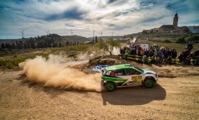 Κυριαρχία της SKODA Fabia R5 στη WRC 2 και στην Ισπανία • Δεύτερη συνεχόμενη νίκη με τη SKODA Fabia R5 στη WRC 2 για τον 18χρονο Φινλανδό Κάλε Ροβάνπερα, αυτή τη φορά στο Ράλλυ Καταλονίας • Ένα ακόμη «1-2» για τη SKODA την εφετινή χρονιά, το 4ο συνολικά και 10η νίκη σε 12 αγώνες στη WRC 2 • Μία ανάσα πλέον η SKODA από το να κατακτήσει και τις τρεις θέσεις στο βάθρο των νικητών του πρωταθλήματος οδηγών της WRC 2 για το 2018, με τους Κοπέτσκυ, Τίντεμαντ, Ροβάνπερα Δεύτερη συνεχόμενη νίκη για τον 18χρονο Κάλε Ροβάνπερα, που με συνοδηγό τον Γιόννε Χάλτουνεν έφεραν την SKODA Fabia R5 στην 1η θέση στη WRC 2 και στο Ράλλυ Καταλονίας. Με τους 25 βαθμούς της πρώτης θέσης, ο νεαρός Φινλανδός ανέβηκε στην 3η θέση του πρωταθλήματος οδηγών στη WRC 2, την οποία πολύ δύσκολα θα χάσει στον ένα αγώνα που απομένει. Κάτι που σημαίνει ότι η χρονιά θα κλείσει θριαμβευτικά για τη SKODA, αφού, εκτός από το πρωτάθλημα κατασκευαστών που ήδη έχει εξασφαλίσει η SKODA MOTORSPORT, και τα τρία σκαλιά του βάθρου στο πρωτάθλημα οδηγών θα καταλήξουν σε ισάριθμους οδηγούς της! Η τελευταία μέρα του αγώνα ήταν μία κόντρα ανάμεσα στους δύο οδηγούς της SKODA. O Κοπέτσκυ κέρδισε τις 3 από τις 4 ειδικές της ημέρας αλλά αυτό δεν στάθηκε ικανό να του δώσει τη νίκη, καθώς ο Ροβάνπερα ήλεγξε το ρυθμό και τερμάτισε 8,5 δευτερόλεπτα μπροστά του. Ενδεικτικό της κυριαρχίας των Fabia R5 στον αγώνα, το 3ο πλήρωμα της WRC 2 τερμάτισε περισσότερο από 1,5 λεπτό πίσω από το νικητή! Το Ράλλυ Καταλονίας ήταν ο 4ος αγώνας της χρονιάς στον οποίο η SKODA MOTORSPORT κατακτά τις δύο πρώτες θέσεις, ενώ έχει να επιδείξει νίκες σε 10 από τους 12 αγώνες που έχουν διεξαχθεί μέχρι τώρα. Επόμενος αγώνας, τελευταίος της χρονιάς, το Ράλλυ Αυστραλίας, 15-18 Νοεμβρίου. Βαθμολογία οδηγών WRC 2 (μετά από 12 από τους 13 αγώνες) 1. Jan Kopecký (CZE) SKODA, 143 points 2. Pontus Tidemand (SWE), SKODA, 111 points 3. Kalle Rovanperä (FIN), SKODA, 90 points 4. Gus Greensmith (GBR), Ford, 70 points