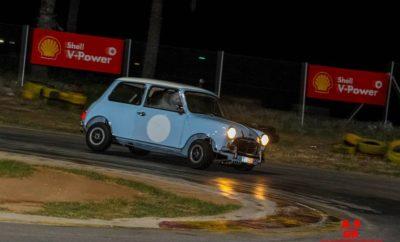 ΔΕΛΤΙΟ ΤΥΠΟΥ / CMC / 2ο Track day / 26‐9‐2018 MINI The living motorsport legend Κάθε χρόνο και καλύτερα! Μετά την επιτυχία και εμπειρία του περυσινού 1ου Track day, το Classic Mini Club ξεπέρασε τις προσδοκίες των συμμετεχόντων με το 2ο Track day που διοργάνωσε στην πίστα Kart του Αγ. Κοσμά. Στο ραντεβού της Τετάρτης 26/9 ανταποκρίθηκαν περισσότεροι από 70 λάτρεις των ιστορικών αυτοκινήτων, μεταξύ των οποίων 38 ιδιοκτήτες Classic Mini, που με κέφι και μεράκι τα διατηρούν σε αρίστη κατάσταση! Εκεί σε ¨στατική έκθεση φωτογραφήθηκαν τα ιστορικά mini μαζί με τα σύγχρονα μοντέλα, τα οποία φρόντισε η ΜΙΝΙ Hellas που ήταν χορηγός της εκδήλωσης, τονίζοντας έτσι την διαχρονικότητα του σχεδιασμού του. Οι 38 οδηγοί κλασσικών mini έκαναν ανά δύο 4χρονομετρημένους γύρους με sporting ¨ανησυχίες¨ και σκόρπισαν γνωστές μυρωδιές από λάστιχο και λάδι, προσφέροντας θέαμα, προσπαθούσαν για τον άτυπο γρηγορότερο γύρο. ΜΙΝΙ, Τhe Living Motorsport Legend, είναι το logo στο εξαιρετικό αναμνηστικό δώρο που προσέφερε η ΜΙΝΙ Hellas . Οι θεατές χόρτασαν θέαμα και οι οδηγοί απόλαυσαν οδήγηση, αλλά η Οργανωτική Επιτροπή του CMC είχε φροντίσει και για φαγητό με μπουφέ για όλους τους παρευρισκόμενους. Η εκδήλωση συνεχίστηκε μέχρι αργά σε ευχάριστη ατμόσφαιρα με συζήτηση, φυσικά για τον πρωταγωνιστή Μini, έμπνευση‐δημιούργημα του συμπατριώτη μας, Sir Alek Issigonis! Κατά την διάρκεια του δείπνου ο πρόεδρος του CMC κ. Χ. Λάμαρης ανακοίνωσε τα αποτελέσματα και απένειμε τα έπαθλα‐δώρα από την SP Tableware: στο ταχύτερο Mini στην πίστα, στο ομορφότερο Mini και στο πιο σπάνιο Mini που συμμετείχαν στην εκδήλωση. Ευχαριστούμε θερμά, την ΜΙΝΙ Hellas για την χορηγία και άψογη συνεργασία, το Athens Mini Club για την δυναμική συμμετοχή του, τον χορηγό επικοινωνίας περιοδικό 4Τροχοί και προσωπικά τον φίλο του CMC κ. Στράτη Χατζηπαναγιώτου, την εταιρία SP Tableware για την χορηγία των δώρων‐ επάθλων τους εθελοντές κριτές που συνέβαλαν στην επιτυχία της εκδήλωσης και όλους τους φίλους και μέλη που μας τίμησαν με