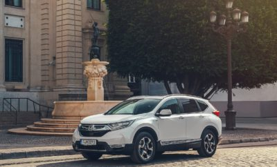 H Honda επιβεβαιώνει στοιχεία κατανάλωσης και εκπομπών ρύπων για το CR-V Hybrid, και ανακοινώνει τα κυριότερα εκθέματα του περιπτέρου της στο Σαλόνι Αυτοκινήτου του Παρισιού 2018 • Παρουσίαση της έκδοσης παραγωγής του Honda CR-V Hybrid στο Παρίσι • Το υβριδικό SUV πετυχαίνει κατανάλωση 5,3l/100km και εκπομπές CO2 από 120g/km • Πρώτη γενιά του ανανεωμένου HR-V, και ένα μοναδικό Civic Type R 'Art Car' • Εκτίθενται επίσης μοτοσικλέτες, εξοπλισμός ισχύος και προϊόντα του μηχανοκίνητου αθλητισμού Πριν την Έκθεση Αυτοκινήτου του Παρισιού 2018, η Honda ανακοίνωσε τη σειρά των προϊόντων που θα εκτίθενται το περίπτερό της. Ανάμεσά τους είναι το νέο CR-V Hybrid, που κάνει την παρουσίαση της σε έκδοση Ευρωπαϊκών προδιαγραφών, το αναβαθμισμένο HR-V SUV, και ένα ειδικά διασκευασμένο Civic Type R 'Art Car'. Το πρώτο υβριδικό SUV της Honda στην Ευρώπη Πριν το Ευρωπαϊκό εκθεσιακό ντεμπούτο του, η Honda επιβεβαιώνει τις επίσημες τιμές κατανάλωσης και εκπομπών CO2 για το νέο CR-V Hybrid. Στο μικτό κύκλο του ανανεωμένου προτύπου NEDC, το προσθιοκίνητο βενζινο-ηλεκτροκίνητο SUV 184 PS (135 kW) σημειώνει εκπομπές CO2 120g/km και επίσημη κατανάλωση μικτού κύκλου 5,3l/100k. Η AWD έκδοση CR-V Hybrid έχει εκπομπές CO2 126g/km και κατανάλωση μικτού κύκλου 5,5 l/100km. Το CR-V Hybrid υιοθετεί τη μοναδική τεχνολογία i-MMD της Honda, με έξυπνες και αυτόματες αλλαγές τριών προγραμμάτων – EV Drive, Hybrid Drive και Engine Drive – για βελτιστοποίηση των επιδόσεων και της απόδοσης. Στην Έκθεση του Παρισιού, η έκδοση παραγωγής του CR-V Hybrid που κάνει το ντεμπούτο της θα πλαισιωθεί από βενζινοκίνητα μοντέλα του αυτοκινήτου ανάμεσα στα οποία και ένα νέο επταθέσιο. Η πιο πρόσφατη έκδοση του δημοφιλούς SUV της Honda έχει εξελιχθεί στο πιο πρακτικό, άνετο και ποιοτικό CR-V όλων των εποχών. Πιο προηγμένο και κομψό HR-V Το ανανεωμένο Honda HR-V θα κάνει το Ευρωπαϊκό ντεμπούτο του στο Παρίσι. Το 2019 HR-V διαθέτει αναβαθμισμένο εξωτερικό στυλ, ανανεωμένο εσωτερικό και πολυάριθμες, προηγμένες τεχνολογίες. 