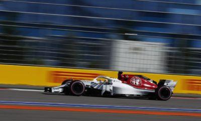"""Ο αγώνας στο Αυτοκινητοδρόμιο του Σότσι μας έφερε 6 βαθμούς ακόμη, χάρη στο Charles Leclerc που πέρασε 7ος τη γραμμή του τερματισμού, χάρη στην πολύ καλή του απόδοση. Ο Marcus Ericsson που τερμάτισε 13ος, είχε επίσης σταθερά δυνατό ρυθμό αλλά δεν κατάφερε να τον εκμεταλλευτεί, λόγω κυκλοφοριακού. Αμφότεροι οι οδηγοί μας εκκίνησαν με την εξαιρετικά μαλακή γόμα από την 7η και 10η θέση αντίστοιχα. Πριν τον αγώνα είχαμε αποφασίσει στρατηγικής μιας αλλαγής και για τους δυο, όμως στην πορεία, η ομάδα επέλεξε για τον Ericsson και μια δεύτερη αλλαγή: Έβαλε την πάρα πολύ μαλακή γόμα σε μια προσπάθεια να βελτιώσει το ρυθμό του και να κερδίσει θέσεις. Είδαμε εντυπωσιακά προσπεράσματα από το Charles Leclerc στο Grand Prix. Συνολικά ήταν ένα θετικό Σαββατοκύριακο, στη Ρωσία, για την Alfa Romeo Sauber F1 Team. Τώρα πάμε στην Ιαπωνία με αυτοπεποίθηση ότι έχουμε την δυναμική που χρειάζεται ώστε να τερματίσουμε ψηλά στους λίγους αγώνες που απομένουν για το 2018. H Alfa Romeo Sauber F1 Team βρίσκεται στην 9η θέση του πρωταθλήματος Κατασκευαστών. Ο Charles Leclerc είναι στην 15η θέση του πρωταθλήματος οδηγών (21 βαθμοί) και ο Marcus Ericsson στην 18η θέση (6 βαθμοί). Marcus Ericsson (μονοθέσιο Νο 9): C37 (Chassis 03/Ferrari) Αποτέλεσμα: 13ος. Εκκίνησε με την εξαιρετικά μαλακή γόμα μετά από 11 γύρους έβαλε την μαλακή γόμα και στον 37ο γύρο έβαλε την πάρα πολύ μαλακή γόμα. """"Ήταν ένας απογοητευτικός αγώνα για μένα. Το μονοθέσιο αλλά και η οδήγησή μου ήταν σε καλό επίπεδο, αλλά δυστυχώς κόλλησα πίσω από ένα άλλο μονοθέσιο στο μεγαλύτερο μέρος του αγώνα και δεν μπορούσα να προχωρήσω. Προσπάθησα σκληρά να προσπεράσω είναι όμως μια πίστα που δεν διευκολύνει τα προσπεράσματα. Επιχειρήσαμε να βελτιώσουμε το ρυθμό μας με μια δεύτερη αλλαγή ελαστικών βάζοντας την πάρα πολύ μαλακή γόμα αλλά ούτε αυτό απέδωσε. Ανυπομονώ να βρεθώ ξανά στο μονοθέσιο την επόμενη βδομάδα στην Ιαπωνία μια από τις αγαπημένες μου πίστες. Εκεί θα έχω μια ακόμη ευκαιρία για ένα καλό αποτέλεσμα.» Charles Leclerc (μονοθέσιο """