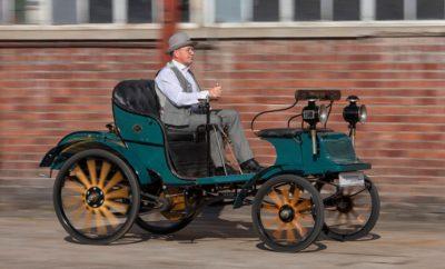 """Η Opel είναι από τους κατασκευαστές αυτοκινήτων με την πλουσιότερη παράδοση στον κόσμο. Του χρόνου, η μάρκα θα γιορτάσει τα 120 χρόνια της στο χώρο της αυτοκίνησης. Ακολουθώντας τις συμβουλές των παιδιών της Carl, Wilhelm και Friedrich, η Sophie Opel αποφάσισε να ξεκινήσει την παραγωγή αυτοκινήτων το 1899 – τέσσερα χρόνια μετά το θάνατο του ιδρυτή της εταιρίας Adam Opel. Όταν ξεκίνησε η παραγωγή σε ένα γκαράζ στο Rüsselsheim am Main με 65 χειροποίητα Opel Patentmotorwagen """"System Lutzmann"""", κανείς δεν περίμενε ότι σήμερα θα ξεπερνούσε τα 70 εκατομμύρια οχήματα. Από την αρχή, η Opel ήταν υπέρμαχος της άποψης ότι το κόστος παραγωγής έπρεπε να είναι όσο το δυνατόν χαμηλότερο, κάνοντας τα αυτοκίνητα προσιτά σε ένα ευρύ κοινό. Για παράδειγμα, η Opel ήταν η πρώτη Γερμανική κατασκευάστρια εταιρία αυτοκινήτων που εισήγαγε το 1924 τη γραμμή συναρμολόγησης, μειώνοντας το κόστος παραγωγής. Αυτό βοήθησε το Opel 4/12 PS """"Laubfrosch"""" και όλες τις μετέπειτα εκδόσεις του Opel 4 PS να γίνουν bestseller. Η Γερμανική εταιρία ήδη κατασκεύαζε τεχνολογικά προηγμένα οχήματα για το ευρύ κοινό με το Opel P4 και το Kadett (ήδη με αυτοφερόμενο αμάξωμα) τη δεκαετία του 1930. Προϊόντα γερμανικής μηχανολογίας και παραγωγής, προσιτά στο ευρύ κοινό. Η Opel έμεινε πιστή στο δόγμα της για τον εκδημοκρατισμό των τεχνολογιών και στην εξέλιξη ενός σπορ αυτοκινήτου: Ένα προσιτό 'dream car' κυκλοφόρησε το 1968 με τη μορφή του Opel GT. Η μάρκα έδωσε ηχηρό παρών σε όλες τις κατηγορίες – μοντέλα όπως τα Opel Kadett, Rekord και Kapitän σηματοδότησαν την περίοδο της ανασυγκρότησης και του 'οικονομικού θαύματος'. Ακολούθησαν μοντέλα που έγραψαν ιστορία με το στυλ τους, όπως τα Opel GT, Manta και Monza. Τις δεκαετίες του 1980 και 1990, τα Corsa, Astra και Zafira έγιναν bestsellers και σύμβολα της επανένωσης. Μετά την πτώση του Τείχους του Βερολίνου και την έναρξη λειτουργίας του εργοστασίου στο Eisenach, η Opel έγινε πιο δημοφιλής από ποτέ. Η παραγωγή της πρώτης γενιάς Astra έφτασε τα 4,2 εκατομμύρια μεταξύ 199"""
