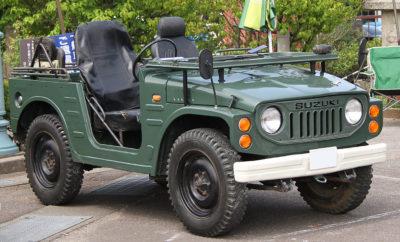 """Suzuki JIMNY– Η Ιστορία του! """"Ένα τετρακίνητο αυτοκίνητο που μπορεί να διασχίσει τραχείς δρόμους και να πάει σε μέρη που τα υπόλοιπα αυτοκίνητα δεν μπορούν!"""" Με τη φιλοσοφία αυτή, η πρώτη γενιά JIMNY, κυκλοφόρησε το 1970. Όντας το ένα και μοναδικό, αυθεντικό ιαπωνικό off-roader, προκάλεσε αίσθηση στην αγορά των τετρακίνητων αυτοκινήτων, η οποία αποτελούνταν μόνο από οχήματα μεγάλου μεγέθους και κυβισμού. Έχοντας περάσει σχεδόν μισός αιώνας από τότε, η Suzuki συνεχώς αναβαθμίζει το μοντέλο και τις τεχνολογίες που διαθέτει για να καλύπτουν κάθε ανάγκη. Το ολοκαίνουργιο JIMNY σχεδιάστηκε με γνώμονα, το πάθος των JIMNY fans, τις απαιτήσεις των πιο απολαυστικών off-road προκλήσεων, την άνεση του οδηγού και τις πιο προηγμένες τεχνολογίες. Το ολοκαίνουργιο JIMNY φέρει την κληρονομιά ενός ελαφρού, αυθεντικού off-roader και αποτελεί το αριστούργημα της ιστορίας της τετρακίνησης για την Suzuki. JIMNY. Πρώτη γενιά (1970) Η ανάπτυξη του JIMNY LJ10, του πρώτου ελαφρού τετρακίνητου οχήματος της Suzuki, ξεκίνησε το 1968. Για να μπορέσει να αντέξει την σκληρή χρήση ενός οχήματος εκτός δρόμου, πέρασε μια σειρά πολλών και αυστηρών δοκιμών, όπως την πτώση του οχήματος από ένα μέτρο ύψος στο έδαφος των ηφαιστειακών αμμουδιών του Mt. Fuji, ώστε να διαπιστωθεί η ανθεκτικότητα του. Διατέθηκε στην αγορά τον Μάρτιο του 1970 και ήταν το πρώτο τετρακίνητο όχημα μαζικής παραγωγής στην κατηγορία μικρών αυτοκινήτων της Ιαπωνίας. Αρχικά αναπτύχθηκε για επαγγελματική χρήση, ως ένα συμπαγές όχημα τριών θέσεων που ζύγιζε μόνο 600 κιλά με μεταξόνιο 1.930 χιλιοστών. Διέθετε ένα σκελετό σκάλας, 'κοντή' μετάδοση και άκαμπτους άξονες, τα οποία έχουν διατηρηθεί και στις επόμενες γενιές. Διέθετε επίσης, φύλλα σούστας για να μεταφέρει μεγάλα φορτία με το ελαφρύ και μικρό αμάξωμα, και πόρτες με μουσαμά και φερμουάρ. Το πρώτο JIMNY εφοδιάστηκε από ένα μικρό, δικύλινδο αερόψυκτο κινητήρα 360κ.εκ., 25 ίππων. Με τη πρωτοποριακή φιλοσοφία και τις ισχυρές επιδόσεις, το JIMNY κέρδισε μεγάλη αναγνώριση όχι μόνο από """