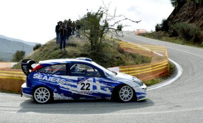 Η SEAJETS Ανάβαση Μοσχοκαρυάς επανήλθε στο Valvoline Πανελλήνιο Πρωτάθλημα Αναβάσεων μετά από 9 χρόνια με ιδιαίτερο θέαμα από τους εκλεκτούς αγωνιζόμενους που συμπλήρωσαν τον αγώνα στην 20ή του επέτειο. Εξ αυτών, ο Μάριος Ηλιόπουλος (Ford Focus ST170) ήταν ο νικητής της Formula Saloon, ο Μιχάλης Ευθυμίου (Ford Escort RS Cosworth) της κατηγορίας Α και ο Χρήστος Λάππας (Peugeot 106 S16) της κατηγορίας Ε. Παρά την πρωινή καταρρακτώδη βροχή στην πόλη της Λαμίας, και τον συννεφιασμένο ουρανό πάνω από την κοιλάδα του Σπερχειού, ο καιρός έμεινε στεγνός κι έτσι δεν παρενεβλήθη στις μάχες των τίτλων σε όλη τη διάρκεια του 7ου γύρου του φετινού Πρωταθλήματος. Στη μάχη της Formula Saloon οι θεατές ατυχώς στερήθηκαν την πολυαναμενόμενη μάχη του Μ. Ηλιόπουλου με τον Κώστα Πατσουρέα, διότι ο δεύτερος αναγκάστηκε να εγκαταλείψει στο πρώτο σκέλος εξαιτίας προβλήματος στο σύστημα μετάδοσης που παρουσίασε το Mitsubishi Lancer EvoIX. Ο Μ. Ηλιόπουλος στην πρώτη του Ανάβαση είχε κατεβάσει τον απόλυτο χρόνο στο 1:58.71, ενώ στις δύο επόμενες θέσεις (τόσο της κατηγορίας όσο και της Formula Saloon Turbo) τον ακολούθησε ο Κώστας Λαζαρίδης (Mitsubishi Lancer EvoVIII) και ο Παναγιώτης Σολδάτος (Ford Fiesta 2.0 Turbo). Η κατηγορία Α περιλάμβανε τη μονομαχία του Μιχάλη Ευθυμίου με τον Παναγιώτη Λιώρη, με τα δύο εντυπωσιακά (και άκρως ηχηρά) Ford Escort RS Cosworth, στην οποία επικράτησε ο πρώτος. Στην ομάδα Α ως 2 λίτρα ταχύτερος ήταν ο Βασίλης Μπάτζανος με το Citroen Saxo VTS της Α6, ενώ πίσω του ακολούθησαν οι Αλέξανδρος Τσιόγκας (Peugeot 106 Rallye) και Σταύρος Χατούπης (Opel Corsa 1.6). Οι δύο τελευταίοι βαθμολογήθηκαν και στην Κλάση Α7. Όσο για την κατηγορία Ε, αυτή ήταν «υπόθεση» του Χρήστου Λάππα από τα Ιωάννινα, που κυριάρχησε και στα δύο σκέλη, ενώ βεβαίως κατέκτησε τα έπαθλα και της ομάδας Ε ως 2 λίτρα και της κλάσης Ε10. Ο δεύτερος Γιώργος Κουρνιάτης (Ford Escort RS2000) και ο τρίτος Δημήτρης Τσούργιαννης ακολούθησαν και στην Ε και στην Ε ως δύο λίτρα, ενώ ο Μάριος Πατονίδης (Citroen