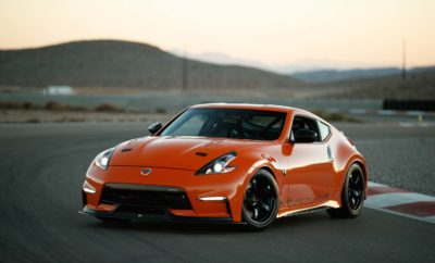 """Το αγωνιστικό πρωτότυπο Project Clubsport 23 της Nissan Motorsports, πρωτοστατεί στην έκθεση SEMA στις Η.Π.Α. Η Nissan Motorsports και η MA Motorsports δημιούργησαν το πρωτότυπο Project Clubsport 23, που συνδυάζει την τελευταία λέξη της τεχνολογίας με την αισθητική της σειράς Z®. Σε πρώτη ματιά, το αυτοκίνητο Project Clubsport 23 της Nissan Motorsports θα μπορούσε να κοσμεί το γκαράζ οποιουδήποτε λάτρη των αυτοκινήτων Datsun και Nissan Z®. Ωστόσο, με μια πιο προσεκτική παρατήρηση του Project Clubsport 23, είναι εμφανής η εκπληκτική """"συγχώνευση"""" αυθεντικών και ειδικής κατασκευής εξαρτημάτων, που συνθέτουν ένα συναρπαστικό αγωνιστικό όχημα. Με στόχο την δημιουργία ενός ιδανικού, αποκλειστικού οχήματος, το Project Clubsport 23 """"δανείζεται"""" με γενναιόδωρο τρόπο, μέρη και εξαρτήματα από τους πιο αναγνωρισμένους προμηθευτές εξαρτημάτων υψηλών επιδόσεων, που δοκιμάζονται και αναπτύσσονται στον μηχανοκίνητο αθλητισμό. Αυτό που παρουσιάζεται τώρα στην φετινή έκθεση της SEMA μπορεί να είναι σημαντικά διαφορετικό αρκετούς μήνες μετά, καθώς τα εξαρτήματα του οχήματος αναπτύσσονται συνεχώς. Για την κατασκευή του Project Clubsport 23, οι ομάδες των Nissan Motorsports και MA Motorsports ξεκίνησαν ακριβώς όπως θα έκαναν όλοι οι φανατικοί λάτρεις του Z® : βρίσκοντας ένα πλαίσιο και τον κινητήρα. Στην περίπτωση αυτή, το έργο ξεκίνησε με ένα Nissan 370Z NISMO του 2012. Ο αρχικός κινητήρας VQ37VHR 3,7 λίτρων και 350 ίππων αντικαταστάθηκε από έναν εργοστασιακό 3,0 λίτρων VR30DDTT twin-turbo V6, με ονομαστική τιμή 400 ίππων. Για να δοθεί η μεγαλύτερη δυνατή έμφαση στην σπορ οδήγηση, αποφασίστηκε να διατηρηθεί το 6τάχυτο μηχανικό κιβώτιο του 370Ζ NISMO. Αυτή ήταν μια μεγάλη πρόκληση για τους μηχανικούς, λόγω του γεγονότος ότι ο κινητήρας VR30DDTT δεν έχει ποτέ """"συνδεθεί"""" με ένα χειροκίνητο κιβώτιο ταχυτήτων. Η MA Motorsports κατόρθωσε να αναπτύξει ένα σύστημα μετάδοσης που καταλήγει στο διαφορικό NISMO GT LSD Pro-Carbon, με ψύκτρα της MA Motorsports. Αξίζει να σημειωθεί ότι για να διασφαλ"""
