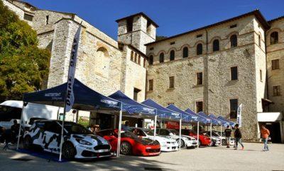 Η πρώτη αίσθηση της ελληνικής αποστολής από την Ανάβαση του Gubbio H οδηγοί της ελληνικής αποστολής στο FIA Hill Climb Masters 2018 πήραν την πρώτη τους αίσθηση από τη διαδρομή του αγώνα και ολοκλήρωσαν την προετοιμασία τους -καθώς και τον Τεχνικό και Διοικητικό Έλεγχο- για τη μεγάλη γιορτή των ευρωπαϊκών Αναβάσεων, το προσεχές διήμερο 13-14 Οκτωβρίου, στο μεσαιωνικό Gubbio της κεντρικής Ιταλίας. Οι οκτώ οδηγοί της «Team Greece» που επιλέχθηκαν από την ΟΜΑΕ να εκπροσωπήσουν τη χώρα μας σ' αυτή τη διετή μεγάλη συνάντηση του θεσμού των Αναβάσεων, οδήγησαν με πολιτικά αυτοκίνητα τα 3,3 χιλιόμετρα της διαδρομής προς τη Madonna della Cima - διαδρομή που σε λίγο εκτενέστερη έκδοση φιλοξενεί από το 1966 το διάσημο στην Ιταλία Trofeo Luigi Fagioli. «Αν και ο καιρός χθες ήταν κάπως περίεργος, σήμερα ήταν καλός -γύρω στους 25 βαθμούς με ηλιοφάνεια- κι αυτό μας βοήθησε αρκετά στην αναγνώριση του δρόμου», είπε ο Σταμάτης Κατσίμης (Mitsubishi Lancer EvoIX / Κατ.1-S20). «Είναι μια ωραία διαδρομή, όχι αρκετά μεγάλη, με πολύ γρήγορες στροφές και πολύ τεχνική. Έχουμε ένα αρκετά ισορροπημένο αυτοκίνητο στις γρήγορες στροφές, αφού μόνο στο τελευταίο κομμάτι υπάρχουν φουρκέτες, και πιστεύω ότι [η διαδρομή] θα το βολέψει καλύτερα». Ο Γιώργος Κεχαγιάς (Ford Sierra RS500 / Κατ.3-Ε1) συμπλήρωσε σχετικά: «Η διαδρομή είναι πάρα πολύ τεχνική, και γρήγορη. Όχι γρήγορη όπως ο Διόνυσος, αλλά έχει μεγάλες ταχύτητες και πολλές εναλλασσόμενες στροφές, είναι πολύ τεχνική, ενώ υπάρχουν και σημεία που πρέπει να 'κρατήσεις' για να βγει ο χρόνος. Η άσφαλτος κρατάει καλά, και θα δείξει στο πρώτο σκέλος. Έχουμε αντιμετωπίσει και πρόπερσι το πρόβλημα της μη θέρμανσης των ελαστικών. Έχουμε, επίσης, επιλέξει και πιο μαλακά ελαστικά, τα supersoft που η Pirelli έβγαλε αποκλειστικά για αυτή την Ανάβαση. Για εμάς υπάρχει το επιπλέον πρόβλημα ότι το αυτοκίνητο έχει την κίνηση στους πίσω τροχούς, και τα ελαστικά παίζουν πολύ μεγάλο ρόλο, διότι δεν βρίσκεις πρόσφυση όπως με ένα τετρακίνητο. Έχεις 550 ίππους στο πίσ