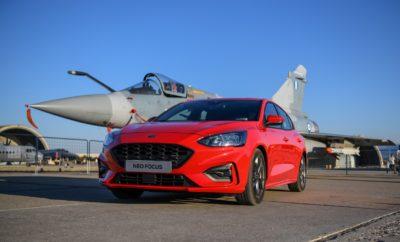 Το νέο Ford Focus «απογειώθηκε» δίπλα σε μαχητικά F18 και αεροπλάνα επιδείξεων στην εντυπωσιακή εκδήλωση Athens Flying Week 2018. Λίγες ημέρες μετά το επίσημο λανσάρισμά του στο Μουσείο Πολεμικής Αεροπορίας στην Αεροπορική Βάση Δεκελείας, το νέο Ford Focus «απογειώθηκε» ξανά συνοδεύοντας τα μαχητικά αεροσκάφη και τα αεροπλάνα επιδείξεων που συμμετείχαν στην εντυπωσιακή εκδήλωση Athens Flying Week, η οποία πραγματοποιήθηκε στην Αεροπορική Βάση Τανάγρας. Κατά τη διάρκεια εκείνου του ηλιόλουστου Σαββατοκύριακου στις 22-23/9, 60.000 θεατές έζησαν μία μοναδική εμπειρία στο αρτιότερο Airshow της Ανατολικής Ευρώπης, το οποίο διοργανώθηκε για 7η συνεχή χρονιά στη χώρα μας, με τη συμμετοχή μαχητικών αεροσκαφών που ανήκουν στην Ελληνική, Βελγική, Ελβετική, Ισπανική, Γαλλική, Αμερικάνικη, Ιταλική και Πολωνική Πολεμική Αεροπορία. Την παράσταση έκλεψαν φυσικά οι πιλότοι της Ελληνικής Πολεμικής Αεροπορίας, με τα μαχητικά F-16, Mirage 2000 και F4 Phantom να εκτελούν θεαματικούς ελιγμούς πολλών G, αλλά και τα ελικόπτερα Sikorski S-70 Aegean Hawk του Πολεμικού Ναυτικού και τα Apache AH64, Chinook CH-47 και Huey UH-1 της Αεροπορίας Στρατού που εντυπωσίασαν με την επιβλητική τους παρουσία. Δίπλα στο νέο Ford Focus, το Ford Ranger, φρόντιζε για την μεταφορά των επίλεκτων δυνάμεων του στρατού και των αλεξιπτωτιστών που συμμετείχαν στην εκδήλωση.