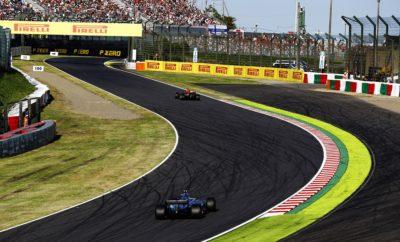 Για το Ιαπωνικό Grand Prix στην επική πίστα της Suzuka η Pirelli επέλεξε τη μέση, τη μαλακή και την πολύ μαλακή γόμα. Πρόκειται για συνδυασμό που έχει ήδη χρησιμοποιηθεί σε άλλους τέσσερις αγώνες. Είναι απαραίτητος για ν' αντιμετωπιστούν τα ιδιαίτερα υψηλά ενεργειακά φορτία που θέτει η Suzuka με τις παρατεταμένες και διαδοχικές στροφές όπως η 130R και η Spoon. Στην πραγματικότητα τα μονοθέσια στη Suzuka στρίβουν συνέχεια (σχεδόν). Χάρη σ' αυτή τη συνεχή ροή η Ιαπωνική πίστα είναι μια από τις πιο αγαπημένες, σε όλο το πρωτάθλημα. Πέρυσι έσπασε το ρεκόρ γύρου όλων των εποχών στις κατατακτήριες δοκιμές. Θα δούμε φέτος αυτό να βελτιώνεται κι άλλο, όπως συχνά έχει συμβεί μέχρι τώρα στη σεζόν; Η ΠΙΣΤΑ ΥΠΟ ΤΟ ΠΡΙΣΜΑ ΤΩΝ ΕΛΑΣΤΙΚΩΝ (*) Πρόσφυση ασφάλτου, κάθετη δύναμη, τραχύτητα ασφάλτου, καταπόνηση ελαστικών, πλευρικές δυνάμεις. • Μολονότι η επιλογή γομών είναι ίδια με πέρυσι στην πραγματικότητα είναι ένα επίπεδο πιο μαλακή καθώς όλες οι γόμες είναι ένα επίπεδο πιο μαλακές απ' ότι οι αντίστοιχες του 2017. • Ο ρυθμός στην πίστα με τις διάσημες γρήγορες στροφές έχει ως αποτέλεσμα να κυριαρχούν τα πλευρικά φορτία στη Suzuka και όχι τόσο η πρόσφυση και η σταθερότητα στο φρενάρισμα. • Ο καιρός είναι απρόβλεπτος αυτή την εποχή και συχνά βρέχει: Αυτός είναι ένας από τους παράγοντες που καθιστά την πρόβλεψη βελτίωσης κρατήματος της πίστας, ιδιαίτερα δύσκολη. • Η φθορά και η πτώση στην απόδοση λόγω θερμικής καταπόνησης είναι παραδοσιακά υψηλές: Ασκούνται στα ελαστικά μερικά από τα μεγαλύτερα ενεργειακά φορτία της χρονιάς. • Οι ομάδες έχουν την τάση να χρησιμοποιούν υψηλό αεροδυναμικό φορτίο και να πιέζουν προς τα κάτω τα ελαστικά ώστε να πάρουν το μέγιστο της πρόσφυσης. Αυτό έχει ως αποτέλεσμα τα ελαστικά να υπόκεινται ταυτόχρονα σε φορτίσεις υπό πολλές διευθύνσεις. • Πέρυσι η στρατηγική του νικητή ήταν αυτή της μιας αλλαγής ελαστικών. Επηρεάστηκε εν μέρει από την παρουσία του αυτοκινήτου ασφαλείας και την υιοθέτηση εικονικού αυτοκινήτου ασφαλείας: Αυτό δεν είναι ασυνήθιστο στην Ιαπ