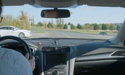 Τίτλοι Τέλους για τους Φωτεινούς Σηματοδότες; Η Ford Οραματίζεται ένα Μέλλον Όπου τα Αυτοκίνητα Δεν Θα Χρειάζεται να Σταματούν στις Διασταυρώσεις • Η Ford διερευνά πώς, με τον κατάλληλο συντονισμό συνδεδεμένων αυτοκινήτων στις διασταυρώσεις, οδηγοί και επιβάτες θα μπορούν να απολαμβάνουν την ελεύθερη ροή της κυκλοφορίας και χωρίς το στρες του 'σταμάτα-ξεκίνα' • Παρατηρώντας πώς οι πεζοί προσαρμόζουν την ταχύτητά τους για να αποφύγουν όσους περνούν κάθετα από μπροστά τους, η εταιρία ήδη δοκιμάζει μία τεχνολογία που θα συμβουλεύει τους οδηγούς να επιβραδύνουν ή να επιταχύνουν για να αποφύγουν μία σύγκρουση με οχήματα που πλησιάζουν από άλλες κατευθύνσεις • Η Ford αξιολογεί την τεχνολογία Intersection Priority Management (Διαχείριση Προτεραιότητας σε Διασταυρώσεις) με τη συμβολή της επικοινωνίας μεταξύ οχημάτων (V2V), στο πλαίσιο των δοκιμών του UK Autodrive, κάνοντας μία επίδειξη για πώς μπορούν να αποτραπούν ατυχήματα και να βελτιωθεί η αμεσότητα απόκρισης των οχημάτων έκτακτης ανάγκης Φανταστείτε ένα κόσμο όπου φτάνοντας σε μία διασταύρωση, δεν θα χρειάζεται να περιμένετε σε κόκκινο φανάρι, και θα σταματάτε μόνον επειδή έχετε φτάσει στον προορισμό σας. Η Ford δοκιμάζει μία νέα μέθοδο με την οποία η τεχνολογία συνδεδεμένων αυτοκινήτων μπορεί να πετύχει κάτι τέτοιο – έχοντας ως πρότυπο τον τρόπο που οι άνθρωποι κινούνται μέσα στο πλήθος, επιβραδύνοντας ή επιταχύνοντας για να μην πέφτουν ο ένας πάνω στον άλλον, χωρίς να χρειάζεται να σταματούν. Η τεχνολογία Intersection Priority Management (IPM) – που δοκιμάζεται αυτή την εβδομάδα στους δρόμους Milton Keynes, U.K., στο πλαίσιο του προγράμματος κυβερνητικής χρηματοδότησης UK Autodrive – στόχο έχει την οδήγηση και άφιξη στον προορισμό χωρίς περιττές στάσεις στις διασταυρώσεις, διευκολύνοντας την ροή της κυκλοφορίας και αυξάνοντας την ασφάλεια και απόδοση. «Γνωρίζουμε ότι οι διασταυρώσεις και οι φωτεινοί σηματοδότες μπορεί να προκαλούν άγχος σε πολλούς οδηγούς» σχολίασε ο Christian Ress, supervisor, Driver Assist Technolo