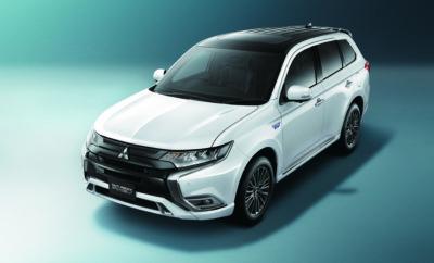 Mitsubishi Outlander PHEV Πέντε χρόνια πρωτοπόρο – και παραμένει στην αιχμή της εξέλιξης Πριν από πέντε χρόνια, το Outlander PHEV της Mitsubishi Motors ξεκίνησε την παγκόσμια καριέρα του με την έναρξη πωλήσεων λιανικής στην Ολλανδία, στις 21 Οκτωβρίου, 2013. Μία μοναδική πρόταση … Ένα χρόνο μετά την παγκόσμια πρεμιέρα του στη Έκθεση Αυτοκινήτου του Παρισιού 2012, η Mitsubishi Motors Corporation (MMC) εξερευνούσε αχαρτογράφητες περιοχές με ένα μοντέλο που ήταν το πρώτο 4WD SUV με δύο μοτέρ βασισμένο σε αρχιτεκτονική ηλεκτρικού οχήματος. Ο ανταγωνισμός στην plug-in υβριδική κατηγορία ήταν σχεδόν ανύπαρκτος εκείνη την εποχή και τα ηλεκτρικά αυτοκίνητα κινούνταν συνήθως αυστηρά εντός των ορίων της πόλης, μη έχοντας την αυτονομία των 800+ km που προσέφερε στην πορεία ένα Outlander PHEV, με πλήρη οικογενειακό εξοπλισμό. … Ακόμα μοναδικό Πέντε χρόνια αργότερα, το πρωτοποριακό αυτοκίνητο βρίσκεται στην κορυφή της Ευρωπαϊκής plug-in υβριδικής αγοράς στην Ευρώπη, ανεξαρτήτως κατηγορίας, μάρκας ή τύπου αμαξώματος με συνολικές πωλήσεις 115.448 μονάδων (μέχρι 30 Σεπτεμβρίου 2018 – στοιχεία MME) και παραμένει υπολογίσιμη δύναμη στην περιοχή, δημοφιλέστερο από τον ανταγωνισμό ακόμα και σε Ευρωπαϊκές αγορές με ισχυρούς τοπικούς παίκτες όπως η Γερμανία και η Σουηδία. … Συνεχίζει τη 'σόλο' καριέρα του Πέντε χρόνια αργότερα, με την παρουσίαση του πιο προηγμένου μοντέλου του 2019 υπό εξέλιξη, το Outlander PHEV συνεχίζει τη 'μοναχική' πορεία του – υπό το νέο αυστηρότερο καθεστώς εκπομπών ρύπων WLTP το οποίο έχει μειώσει τον αριθμό των ενδεχόμενων ανταγωνιστών του . Εξάλλου, με εκπομπές ρύπων 46 g/km, το Outlander PHEV ενισχύει το γεγονός ότι είναι μοναδική πρόταση στην αγορά.