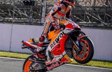 """Ο Marc Marquez στέφθηκε Παγκόσμιος Πρωταθλητής για το 2018 στο Motegi Ο Marc Marquez κατέκτησε μία απίστευτη νίκη χθες στο Twin Ring Motegi και ανακηρύχθηκε Παγκόσμιος Πρωταθλητής MotoGP για το 2018, παρουσία του Προέδρου και CEO της Honda κ. Takahiro Hachigo, ο οποίος συνόδευσε τον Ισπανό στο βάθρο, ενώ απομένουν τρεις αγώνες μέχρι την ολοκλήρωση της αγωνιστικής χρονιάς. Έχοντας εκκινήσει από την 6η θέση ο Marc κατάφερε να κερδίσει αμέσως τέσσερις θέσεις, να ανέβει στη 2η και να δώσει μάχη με το διεκδικητή του τίτλου Andrea Dovizioso και τον αναβάτη της Honda Cal Crutchlow σε όλη τη διάρκεια του αγώνα. Δύο γύρους πριν το τέλος, ο Ιταλός αναβάτης είχε μια πτώση αμέσως μετά το προσπέρασμα του Marc, ο οποίος ετοιμαζόταν για μία αναμέτρηση μέχρι τον τελευταίο γύρο. Με αυτή την όγδοη νίκη μέσα στη χρονιά και 69η της καριέρας του σε όλες τις κατηγορίες, ο Marquez έγινε ο νεαρότερος αναβάτης στην ιστορία με επτά Παγκόσμια Πρωταθλήματα (2010 στα 125cc, 2012 στη Moto2 και 2013, 2014, 2016, 2017 και 2018 στη MotoGP). Και μάλιστα όλα αυτά σε ηλικία 25 ετών και 246 ημερών καταρρίπτοντας το ρεκόρ του Mike Hailwood, ο οποίος ήταν 26 ετών και 140 ημερών όταν κατέκτησε τον έβδομο τίτλο του το 1966, στα 350cc. Ο Dani Pedrosa ξεκίνησε τον αγώνα από την 11η θέση, ανέβηκε στην 8η στο τέλος του πρώτου γύρου αλλά δυσκολεύτηκε να κρατήσει καλό ρυθμό και δεν κατάφερε να βελτιώσει τη θέση του στη συνέχεια. Η σημερινή νίκη του Marc αύξησε τη διαφορά της Honda στο Παγκόσμιο Πρωτάθλημα Κατασκευαστών στους 47 βαθμούς από τον δεύτερο και εκείνη της Repsol Honda στους 51 βαθμούς στην κατάταξη των ομάδων. Marc Marquez #93 ΝΙΚΗΤΗΣ – ΠΑΓΚΟΣΜΙΟΣ ΠΡΩΤΑΘΛΗΤΗΣ MOTOGP 2018 """"Αισθάνομαι πραγματικά πολύ καλά! Θα έλεγα ότι ένα όνειρο έγινε πραγματικότητα, ή καλύτερα, ότι ζω ένα όνειρο. Είναι κάτι πολύ ξεχωριστό, εδώ με την ομάδα μου, όλους τους ανθρώπους της Honda και του HRC, την οικογένεια και τους συνεργάτες μου. Αυτή ήταν μία εξαιρετική χρονιά και από την Aragon και μετά, είχα τη γεύση του τίτλου, τον φ"""
