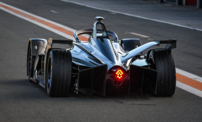 Η Formula Ε της Nissan e.dams στην πίστα των δοκιμών. Η Nissan πραγματοποίησε το ντεμπούτο της στο πρωτάθλημα ABB FIA της Formula E, με τον πρώην πρωταθλητή της διοργάνωσης Sebastien Buemi, να επιθεωρεί και τα δύο αυτοκίνητα στο Circuit Ricardo Tormo. Τα νέα αυτοκίνητα της Formula E, τα οποία διαθέτουν νέα μπαταρία, κινητήρα, μετατροπέα, ελαστικά, κιβώτιο ταχυτήτων, καθώς και αεροδυναμική, αποδείχθηκαν σημαντικά ταχύτερα από το προηγούμενης γενιάς αυτοκίνητο. Ο καλύτερος χρόνος του Buemi ήταν 3,722 δευτερόλεπτα γρηγορότερος από τον ταχύτερο συνολικό χρόνο του περασμένου έτους, στην προκαταρκτική δοκιμή της Βαλένθια. Η ομάδα Nissan e.dams θα διεξάγει συνολικά τρεις ημέρες δοκιμών στο Circuit Ricardo Tormo στη Βαλένθια της Ισπανίας, μαζί με τις άλλες 10 ομάδες που θα συμμετάσχουν στην επόμενη σεζόν του αμιγώς ηλεκτροκίνητου πρωταθλήματος. Ως η πρώτη Ιαπωνική αυτοκινητοβιομηχανία που θα συμμετάσχει στην Formula E, η Nissan θα αξιοποιήσει την αποδεδειγμένη της εμπειρία και πρωτοκαθεδρία, σε παγκόσμια κλίμακα, στην κατηγορία των αμιγώς ηλεκτροκίνητων αυτοκινήτων, έχοντας πουλήσει πάνω από 350.000 Nissan LEAF, από τη έναρξη διάθεσής του μοντέλου, το 2010.