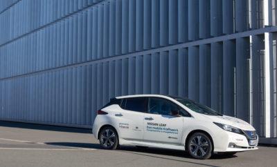 """To Nissan LEAF συμβάλλει στην σταθεροποίηση του Γερμανικού δικτύου ηλεκτροδότησης Ως το πρώτο στο είδος του , το Nissan LEAF προκρίθηκε ως ένας μεγάλος σταθμός ηλεκτρικής ενέργειας, σύμφωνα με τις προδιαγραφές των Διαχειριστών του Συστήματος Μεταφοράς Ηλεκτρικής Ενέργειας Γερμανίας (TSO). Η Nissan συμβάλλει στην κατάκτηση ενός σημαντικού ορόσημου, στην πορεία για την άνευ ρύπων ενέργεια και κινητικότητα στη Γερμανία. Με μια καινοτόμο λύση φόρτισης και διαχείρισης ενέργειας, οι εταίροι του έργου, η τεχνολογική εταιρεία The Mobility House, ο πάροχος ενέργειας ENERVIE και ο διαχειριστής του συστήματος μεταφοράς Amprion, έχουν προκρίνει το Nissan LEAF, σύμφωνα με τις κανονιστικές απαιτήσεις που πλαισιώνουν την πρωτογενή ρύθμιση της ισχύος. Αυτό σημαίνει ότι το LEAF μπορεί να χρησιμοποιηθεί ως """"αποθεματικό"""" για το Γερμανικό δίκτυο ηλεκτροδότησης, συμβάλλοντας στην καθιέρωση της τεχνολογίας V2G (Vehicle-to-Grid) στη Γερμανία. """"Πιστεύουμε ακράδαντα σε ένα μέλλον χωρίς εκπομπές ρύπων"""", δήλωσε ο Guillaume Pelletreau, αντιπρόεδρος και διευθύνων σύμβουλος της Nissan Center Europe. """"Ως εκ τούτου, είμαστε πολύ υπερήφανοι που το Nissan LEAF έχει εγκριθεί ως το πρώτο ηλεκτροκίνητο αυτοκίνητο που είναι κατάλληλο για τη σταθεροποίηση των συχνοτήτων του δικτύου. Οι μπαταρίες του LEAF θα μπορούσαν να συμβάλουν σημαντικά στην ενεργειακή μετάβαση στη Γερμανία και σε ένα βιώσιμο μέλλον"""". Οι νέες και καινοτόμες λύσεις για τη σταθεροποίηση του ηλεκτρικού δικτύου είναι απαραίτητες για τη μετάβαση στην αποκεντρωμένη παραγωγή ενέργειας από ανανεώσιμες πηγές, στη Γερμανία. Η αυξανόμενη χρήση ανανεώσιμων πηγών ενέργειας οδηγεί σε διακυμάνσεις στο δίκτυο, οι οποίες πρέπει αρχικά να ισορροπηθούν με πρωταρχικές ρυθμίσεις, ικανές να αποτρέψουν επικείμενες διακοπές ηλεκτρικού ρεύματος, με ειδοποίηση εντός ενός δευτερολέπτου. Τα ηλεκτρικά αυτοκίνητα, όπως το Nissan LEAF, με ενσωματωμένη τεχνολογία αμφίδρομης φόρτισης, θα μπορούσαν να διαδραματίσουν σημαντικό ρόλο στη σταθεροποίηση του ηλεκτρικού δικτ"""