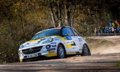 Ο Tom Kristensson νικητής στο Ράλι Λετονίας με ADAM R2 και 2ος στο Ευρωπαϊκό Πρωτάθλημα Ο Πρωταθλητής Mārtiņš Sesks σημείωσε διπλή νίκη για την Opel, αγωνιζόμενος στην πατρίδα του Η ADAC Opel Rallye Junior Team κέρδισε και τους πέντε τίτλους του Ευρωπαϊκού Πρωταθλήματος 2018 Ήταν ένα εξαιρετικό φινάλε της σεζόν για την ADAC Opel Rallye Junior Team. Ο 27χρονος Σουηδός Tom Kristensson και ο 19χρονος τοπικός ήρωας Mārtiņš Sesks γιόρτασαν μία πειστική νίκη 1-2 με το Opel ADAM R2 της ADAC Opel Rallye Junior Team στο Rally Liepāja, τον τελευταίο φετινό αγώνα του FIA ERC Junior U27 στην πόλη - λιμάνι Λιέπαγια της Λετονίας. Με τον Sesks να έχει ήδη διασφαλίσει τον τέταρτο συνεχόμενο τίτλο στο Ευρωπαϊκό Πρωτάθλημα Junior για την Opel, ο Kristensson επικράτησε 2ος στη κατάταξη του Ευρωπαϊκού Πρωταθλήματος σε ένα περιβάλλον ισχυρού ανταγωνισμού, πετυχαίνοντας μία δεύτερη συνεχόμενη νίκη. Ο Kristensson, νικητής στην κατηγορία RC4 του Rally Liepāja με ένα ιδιωτικής συμμετοχής ADAM R2 πέρυσι, είχε μία εντυπωσιακή εμφάνιση στις πολύ γρήγορες, χωμάτινες ειδικές διαδρομές κατά μήκος της ακτής της Βαλτικής Θάλασσας. Ο περσινός Πρωταθλητής του ADAC Opel Rallye Cup και ο συνοδηγός του Henrik Appelskog κέρδισαν ούτε λίγο ούτε πολύ σε δέκα από τις δώδεκα, θεαματικές ειδικές, διανύοντας συνολικά περίπου 200 km, αναδείχτηκαν νικητές και στις δύο κατηγορίες και απέσπασαν το μέγιστο σκορ των 39 βαθμών σε αγώνα του ERC. «Ήταν ο τέλειος αγώνας» δήλωσε σε ένα παραλήρημα ενθουσιασμού ο Kristensson. «Ένα φανταστικό αγωνιστικό αυτοκίνητο, μία θαυμάσια ομάδα, συναρπαστικές, χωμάτινες ειδικές διαδρομές και ο τέλειος καιρός για να μεγαλουργήσεις – ό,τι καλύτερο για ένα ράλι. Ο Henrik και εγώ είχαμε από την πρώτη στιγμή άριστη αίσθηση του ADAM R2 μας. Σημειώσαμε τους πρώτους καλύτερους χρόνους χωρίς να ρισκάρουμε υπερβολικά. Και όταν τα πράγματα πηγαίνουν τόσο καλά, πρώτο και κύριο είναι να διατηρήσεις αυτό το ρυθμό. Και τα καταφέραμε μια χαρά, μεταξύ άλλων και επειδή δεν αντιμετωπίσαμε το παραμικρό π