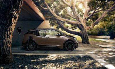 Η συνεχής εξέλιξη της τεχνολογίας BMW eDrive εξασφαλίζει αυξημένη οδηγική απόλαυση για τους οδηγούς των ηλεκτρικών μοντέλων BMW i. Με χωρητικότητα κυψελών αυξημένη στα 120 αμπερώρια (Ah) και συνολικό ενεργειακό περιεχόμενο 42.2 κιλοβατώρες (kWh), η νέα γενιά μπαταριών υψηλής τάσης προσφέρει στα BMW i3 (120 Ah) (κατανάλωση ενέργειας στο μικτό κύκλο: 13,1 kWh/100 km, εκπομπές CO2 στο μικτό κύκλο: 0 g/km)* και BMW i3s (120 Ah) (κατανάλωση ενέργειας στο μικτό κύκλο: 14,6 – 14,0 kWh/100 km, εκπομπές CO2 στο μικτό κύκλο: 0 g/km)* σημαντικά αυξημένη αυτονομία από το Νοέμβριο του 2018. Σε καθημερινή χρήση, τα δύο μοντέλα μπορούν τώρα να διανύουν 260 km*** –σχεδόν +30%. Έτσι, η BMW i εδραιώνεται ως ηγέτης της καινοτομίας, δημιουργώντας τις εξελίξεις στην ηλεκτροκίνηση με προϊόντα που προσφέρουν γνήσια οδηγική απόλαυση BMW και άριστη καθημερινή πρακτικότητα. Από τότε που κυκλοφόρησε το BMW i3, η χωρητικότητα της μπαταρίας υψηλής τάσης έχει διπλασιαστεί, αυξάνοντας και την αυτονομία του αυτοκινήτου. Ταυτόχρονα με το λανσάρισμα της νέας μπαταρίας, νέο εξωτερικό φινίρισμα, νέα απόχρωση για την προαιρετική έκδοση εσωτερικού Loft και προσαρμοζόμενοι προβολείς LED με λειτουργία matrix για τη μεγάλη σκάλα διατίθενται επίσης για τα BMW i3 και BMW i3s. Στο μέλλον, ένα σπορ πακέτο που προορίζεται για το BMW i3 θα περιλαμβάνει μαύρα πλαίσια θόλων τροχών και σπορ ανάρτηση με ειδικούς αποσβεστήρες, ελατήρια και αντιστρεπτικές δοκούς, χαμηλωμένη ανάρτηση, φαρδύ μετατρόχιο και 20άρες ζάντες αλουμινίου. Το βελτιστοποιημένο σύστημα καθοδήγησης μέσω των live tiles του λειτουργικού συστήματος iDrive, διατίθεται τώρα σε συνδυασμό με το προαιρετικό σύστημα πλοήγησης Business. Στο μέλλον, θα προσφέρονται επίσης προαιρετικά τηλεφωνία με ασύρματη φόρτιση και ασύρματο wifi (LAN hotspot) για τα BMW i3 και BMW i3s. Συνεχής πρόοδος στην εξέλιξη των μπαταριών: αυξημένο ενεργειακό περιεχόμενο, με τις διαστάσεις να παραμένουν ίδιες. Όπως οι ηλεκτροκινητήρες και τα ηλεκτρονικά ισχύος, οι μπαταρίες υψηλής τά