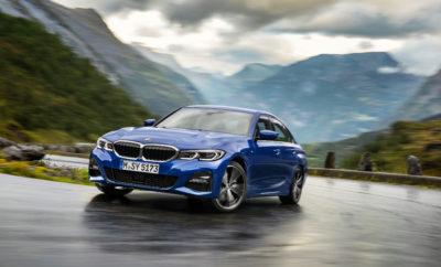 Έβδομη γενιά του παγκοσμίως επιτυχημένου 'πρεσβευτή' της οδηγικής απόλαυσης στην premium μεσαία κατηγορία. Νέα BMW Σειρά 3 Sedan με αναβαθμισμένες σπορ επιδόσεις, νέα σχεδιαστική γλώσσα, εκτενείς βελτιώσεις στο εσωτερικό και πρωτοποριακές τεχνολογίες υποστήριξης, ελέγχου και λειτουργίας και συνδεσιμότητας. Παγκόσμια πρεμιέρα τον Οκτώβριο του 2018 στο Mondial de l'Automobile στο Παρίσι, στην αγορά αναμένεται από το Μάρτιο του 2019. Νέα τεχνολογία κινητήρων με υψηλότερη ισχύ, ροπή και απόδοση. Έξι εκδόσεις κινητήρων διατίθενται στο λανσάρισμα: Τετρακύλινδρα μοντέλα βενζίνης, τετρακύλινδροι κινητήρες diesel, και εξακύλινδρος κινητήρας diesel – με ισχύ από 110 kW/150 hp - 195 kW/265 hp (κατανάλωση καυσίμου στο μικτό κύκλο: 5,8 – 4,2 l/100 km, εκπομπές CO2 στο μικτό κύκλο: 132 – 112 g/km)*. Ευφυής τεχνολογία τετρακίνησης διατίθεται με το λανσάρισμα στην BMW 320d xDrive Sedan (κατανάλωση καυσίμου στο μικτό κύκλο: 4.8 – 4.5 l/100 km, εκπομπές CO2 στο μικτό κύκλο: 125 – 118 g/km)*. Αργότερα, ένα σούπερ σπορ μοντέλο BMW M Performance και μία έκδοση BMW iPerformance με plug-in υβριδικό σύστημα κίνησης θα προστεθούν στη γκάμα. Ακόμα πιο σπορ δυναμική συμπεριφορά με εκτενώς αναβαθμισμένη τεχνολογία πλαισίου, νέα τεχνολογία αποσβεστήρων, πιο άκαμπτη δομή αμαξώματος και βάσεις ανάρτησης, φαρδύτερα μετατρόχια, ελαχιστοποιημένο βάρος, χαμηλό κέντρο βάρους και ομοιόμορφη κατανομή βάρους 50 : 50. Περισσότερες επιλογές συστημάτων πλαισίου για πρόσθετες σπορ δυνατότητες: Χαμηλωμένη ανάρτηση M Sport, Προσαρμοζόμενη Ανάρτηση Adaptive M, σπορ σύστημα διεύθυνσης με μεταβλητό λόγο υποπολλαπλασιασμού, φρένα M Sport, ηλεκτρονικά ελεγχόμενο διαφορικό M Sport για πλήρως μεταβλητή 'εμπλοκή' των πίσω τροχών, ζάντες αλουμινίου έως 19-ιντσών. Νέα ερμηνεία του 'σπορ sedan' της BMW, βασισμένη στη νέα σχεδιαστική γλώσσα της μάρκας. Καθαρές γραμμές και σφριγηλές επιφάνειες αναδεικνύουν τη μοντέρνα αισθητική, το σπορ χαρακτήρα και τη γεμάτη συναίσθημα παρουσία του αυτοκινήτου. Εκδόσεις Advantage, Sport 