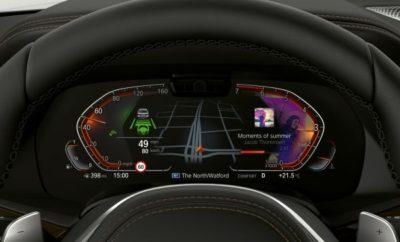 """Το BMW Cockpit έχει ανανεωθεί και εκσυγχρονιστεί πλήρως για το λανσάρισμα νέων σημαντικών μοντέλων όπως η BMW X5, BMW Σειρά 8, BMW Z4 και BMW Σειρά 3, που γιόρτασαν την πρεμιέρα τους στο Mondial de l'Automobile 2018 στο Παρίσι. Με προσαρμοζόμενο και εξατομικεύσιμο περιεχόμενο, η νέα, πλήρως ψηφιακή φιλοσοφία απεικόνισης και ελέγχου του BMW Operating System 7.0 εστιάζει περισσότερο από ποτέ στον οδηγό. Η αμφίδρομη επικοινωνία με το όχημα έχει αναβαθμιστεί κυρίως μέσω φωνητικού ελέγχου και αναγνώρισης χειρονομιών. Για πρώτη φορά, οδηγοί και επιβάτες έχουν στη διάθεσή τους έναν έξυπνο προσωπικό βοηθό – το BMW Intelligent Personal Assistant. Πρόκειται για έναν προσαρμοζόμενο ψηφιακό χαρακτήρα που κάνει το όχημα ακόμα πιο έξυπνο και απαντά στο χαιρετισμό """"Hey BMW"""". Με σαφή παρουσίαση του περιεχομένου, προσαρμοσμένου στο ευρύτερο πλαίσιο, και άριστη ενσωμάτωση νέων λειτουργιών και υπηρεσιών, ο οδηγός απολαμβάνει ανά πάσα στιγμή βέλτιστη υποστήριξη. Η νέα λειτουργία Remote Software Upgrade επιτρέπει ασύρματες αναβαθμίσεις ώστε το όχημα να είναι πάντα ενημερωμένο. Στο μέλλον, οι χρήστες θα μπορούν επίσης να κατεβάζουν πρόσθετες λειτουργίες και υπηρεσίες. Με το νέο BMW Cockpit, η μάρκα δημιουργεί μία ακόμα πιο προσωπική, έξυπνη και συνεπή συνολική εμπειρία για τους πελάτες της. BMW Live Cockpit και BMW Operating System 7.0. Το λανσάρισμα του BMW iDrive Controller το 2001 σηματοδότησε μία επαναστατική εξέλιξη στη λειτουργία των οχημάτων. Με το βραβευμένο ID6, η BMW έθεσε νέα πρότυπα στις φιλοσοφίες απεικόνισης και ελέγχου μέσα στο αυτοκίνητο. Η ουσιαστική βελτίωση του BMW Operating System 7.0 αντανακλάται επίσης στην ονοματολογία και το νέο τρόπο οργάνωσης των επιλογών. Το BMW Live Cockpit (όπως και τα BMW Live Cockpit Plus και BMW Live Cockpit Professional) αναφέρονται στα τρία επίπεδα του hardware και των βασικών λειτουργιών, όπως εγκατεστημένες οθόνες, σύστημα πλοήγησης και ψυχαγωγίας, διαθέσιμες διεπαφές και τεχνικές απαιτήσεις για φωνητικό έλεγχο και σύστημα αναγνώρισης """