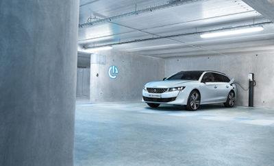 Μετά την παρουσίαση της νέας γενιάς υβριδικών οχημάτων που φορτίζονται και από παροχή κοινού δικτύου ηλεκτροδότησης (Plug-In), στο Σαλόνι του Παρισιού, ως μέρος της στρατηγικής για τα ηλεκτροδοτούμενα οχήματα, η PEUGEOT ανακοινώνει την δημιουργία μίας νέα γκάμας ηλεκτροδοτούμενων, sport οχημάτων από το 2020. H γαλλική φίρμα θα συγκεντρώσει τις πηγές της στην ανάπτυξη τέτοιων οχημάτων και συνεπώς, αποφάσισε να αποσυρθεί από πρωτάθλημα WRX στο τέλος του 2018, αφού η εξέλιξη του τελευταίου σε ηλεκτροδότηση είναι αμφίβολη. Με την ιστορία των 208 χρόνων, η PEUGEOT προσεγγίζει την ενεργειακή μετάβαση με στρατηγική. Το ΝΕΟ PEUGEOT 3008 HYBRID4 και το νέο σεντάν 508 και 508 SW HYBRID, τα οποία παρουσιάστηκαν στο Παρίσι, ενσωματώνουν τον μετασχηματισμό της μάρκας και την αξιοσημείωτη επιτάχυνση όλων των μοντέλων προς την ηλεκτροδότηση από το 2019. Πιστή στο DNA της, η γαλλική φίρμα συνεχίζει την επιθετική της πολιτική και επιλέγει να προσφέρει στους πελάτες της μία γκάμα ηλεκτροδοτούμενων sport αυτοκινήτων υψηλών επιδόσεων και χαμηλών εκπομπών ρύπων. Αυτές οι sport, ηλεκτρικές εκδόσεις θα δημιουργηθούν σε συνεργασία με τις ομάδες της PEUGEOT Sport και θα συμβάλουν στον στόχο του περιορισμού των εκπομπών διοξειδίου του άνθρακα, κατ' αντιστοιχία με τις οδηγίες των Ευρωπαϊκών Ιδρυμάτων που είναι υπεύθυνα για την αυτοκινητοβιομηχανία. Η γαλλική φίρμα έχει αποφασίσει να επικεντρωθεί στην κατασκευή τέτοιων νέων οχημάτων, σε ένα πλαίσιο, στο οποίο η αβεβαιότητα που περιβάλλει την εξέλιξη του πρωταθλήματος WRX με θερμικούς κινητήρες προς ένα ηλεκτρικό μέλλον μέχρι το 2021 είναι πραγματικότητα. «Η οδηγική απόλαυση βρίσκεται στην καρδιά της ιστορίας της μάρκας. Η ηλεκτροδότηση των οχημάτων είναι μία νέα ευκαιρία να προσφέρουμε εκδόσεις υψηλών επιδόσεων στους πελάτες μας, οι οποίοι αναζητούν τον συνδυασμό της sport αίσθησης και των χαμηλών εκπομπών ρύπων. Οι οδηγικές αισθήσεις θα ενισχυθούν από την απόδοση που εξασφαλίζει η ηλεκτροδότηση. Νέοι ορίζοντες προς διερεύνηση, νέες προκλήσεις