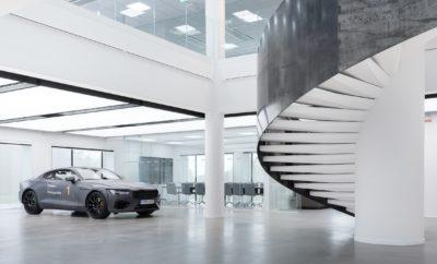 """Η Polestar εγκαινιάζει τις νέες εντυπωσιακές της εγκαταστάσεις στη Σουηδία • Το νέο κτίριο των κεντρικών γραφείων της Polestar στο Γκέτεμποργκ εντυπωσιάζει με την αρχιτεκτονική του • Με τη μινιμαλιστική του σχεδίαση, ο """"Κύβος της Polestar"""" εκφράζει τις αξίες της μάρκας Η Polestar εγκαινιάζει τη νέα της έδρα στο Γκέτεμποργκ, στη Σουηδία. Με στρατηγική θέση μέσα στις εγκαταστάσεις του Volvo Car Group, το νέο κτίριο και οι χώροι εργασίας υποστηρίζουν τη συνεργασία μεταξύ των διαφόρων τμημάτων της Polestar και ενδυναμώνουν περαιτέρω τη συνεργασία της με τη μητρική εταιρεία. Το νέο κτίριο - ο εντυπωσιακός """"Κύβος της Polestar"""" - σχεδιάστηκε από τη σουηδική αρχιτεκτονική φίρμα Bornstein Lyckefors, σε συνεργασία με την ομάδα της Polestar. Το φωτεινό λευκό γυάλινο κέλυφος του κτιρίου, με τα λαμπερά λογότυπα της Polestar, συμβολίζει επίσης το ρόλο του """"αστέρα - οδηγού"""" που η Polestar παίζει, ως αιχμή του δόρατος στη σχεδίαση και την τεχνολογία εντός του Volvo Car Group. """"Η μινιμαλιστική, προηγμένη σχεδίαση βρίσκεται στον πυρήνα της μάρκας Polestar, στα αυτοκίνητά μας και στον τρόπο με τον οποίο αλληλεπιδρούμε με τους πελάτες μας. Η σχεδίαση παίζει επίσης ρόλο στο πώς αισθανόμαστε και συνεργαζόμαστε μέσα στο χώρο εργασίας μας"""", λέει ο Τόμας Ίνγκενλατ (Thomas Ingenlath), Διευθύνων Σύμβουλος της Polestar. """"Με το νέο κτίριο, στόχος μας ήταν να μετασχηματίσουμε την υφιστάμενη δομή, δημιουργώντας ένα νέο, μοντέρνο συγκρότημα μέσα στις εγκαταστάσεις του Volvo Car Group, το οποίο εκφράζει τις αξίες της μάρκας μας και γίνεται ένας χώρος έμπνευσης και επιθυμίας για να εργαστεί η παγκόσμια ομάδα μας"""". """"Από το παγκόσμιο λανσάρισμα της μάρκας μας τον περασμένο Οκτώβριο"""", συνεχίζει ο Τόμας Ίνγκενλατ, """"έχουμε παρουσιάσει τη μινιμαλιστική της ταυτότητα, σε κάθε εμφάνισή της. Στο Σαλόνι Αυτοκινήτου της Γενεύης, στο Φεστιβάλ Ταχύτητας του Goodwood και στο Pebble Beach Concours d'Elegance, κάθε εμφάνιση της Polestar εμπεριείχε μια εμφατική παρουσία του αρχιτεκτονικού στοιχείου"""". Η Polestar θα δ"""