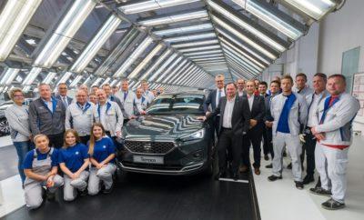 Ξεκινάει η παραγωγή του SEAT Tarraco στο Wolfsburg / Η ναυαρχίδα της μάρκας στη γραμμή παραγωγής στο Wolfsburg μαζί με μοντέλα της Volkswagen / Οι συνέργειες στα πλαίσια του Ομίλου συμβάλλουν σε αποτελεσματική παραγωγή / Το νέο Tarraco βρίσκεται στην κορυφή της οικογένειας SUV της SEAT, ως ο μεγαλύτερος αδελφός των Ateca και Arona Μετά από 20 περίπου χρόνια, το εργοστάσιο της Volkswagen στο Wolfsburg κατασκευάζει μοντέλο άλλης μάρκας του Ομίλου: το SEAT Tarraco. Το ισπανικό SUV, το οποίο αναπτύχθηκε και σχεδιάστηκε στη Βαρκελώνη «εκμεταλλεύεται» τις συνέργειες που προέκυψαν με αφορμή την πλατφόρμα παραγωγής MQB. Στο Wolfsburg, το ισπανικό μοντέλο θα κατασκευάζεται στην ίδια γραμμή παραγωγής μαζί με τα Volkswagen Tiguan και Touran. Το βήμα προς την παραγωγή πολλαπλών μαρκών θα ενισχύσει την ανάπτυξη της παραγωγικής ικανότητας του κεντρικού εργοστασίου της Volkswagen. Η παραγωγή του Tarraco στο Wolfsburg αποτελεί μέρος του «Συμφώνου για το Μέλλον» που σύναψε η Volkswagen με το Συμβούλιο Εργασίας στα τέλη του 2016. Το σύμφωνο αφορά ένα εκτεταμένο χρονοδιάγραμμα για τη βελτίωση της οικονομικής βιωσιμότητας της μάρκας Volkswagen και την τοποθέτηση της εταιρείας σε σταθερή βάση ανάπτυξης για το μέλλον. Ο SEAT Vice-President for Research & Development, Dr. Matthias Rabe δήλωσε: «Το Tarraco σχεδιάστηκε και αναπτύχθηκε πλήρως στην Ισπανία από την SEAT. Με τη συνεργασία μίας πραγματικά ενθουσιώδους ομάδας στο εργοστάσιο στο Wolfsburg, το όχημα προετοιμάστηκε για να μπει στη γραμμή παραγωγής σε πολύ σύντομο χρονικό διάστημα. Το γεγονός αυτό ενίσχυσε ακόμα περισσότερο τους στενούς δεσμούς μεταξύ SEAT και Volkswagen». Ο SEAT Vice-President for Production and Logistics, Dr. Christian Vollmer εξήγησε: «Το SEAT Tarraco φανερώνει τη συνεργασία μεταξύ των μαρκών του Ομίλου Volkswagen προκειμένου να προκύψουν συνέργειες. Αυτό το νέο SUV μας επιτρέπει να μπούμε να μία νέα κατηγορία, να αποκτήσουμε όγκο πωλήσεων, να ενισχύσουμε την εικόνα της μάρκας και να αυξήσουμε την ικανότητα μας να
