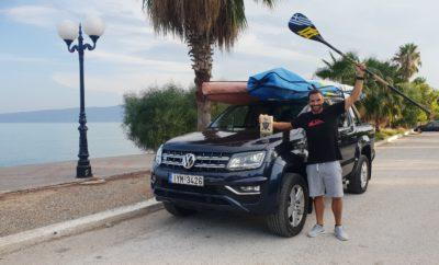 Το νέο Volkswagen Amarok και πάλι στο πρώτο σκαλί του βάθρου • Η Kosmocar-Volkswagen στο πλευρό του Έλληνα πρωταθλητή του SUP, Γιώργου Φράγκου • Ένα Volkswagen Amarok είναι ο ιδανικός συνεργάτης του Γιώργου Φράγκου σε προπονήσεις και αγώνες • Ο Γιώργος Φράγκος κέρδισε τον 8ο Διάπλου της Διώρυγας της Κορίνθου, ένα διεθνή αγώνα SUP, από τους σημαντικότερους και σίγουρα τον πιο μαζικό αγώνα SUP στην Ελλάδα Το νέο Volkswagen Amarok, με τις απεριόριστες off-road δυνατότητες, αποδεικνύεται ιδανικός συνοδηγός και για τους πρωταθλητές των υδάτινων στίβων! Ο Γιώργος Φράγκος, ο πρωταθλητής Ελλάδας στο SUP (Όρθια Σανιδοκωπηλασία – Stand Up Paddling) που αγωνίζεται με τη χορηγία της Kosmocar και χρησιμοποιεί το νέο Amarok για τις μετακινήσεις του, ήταν ο μεγάλος νικητής του 8ου Διάπλου της Διώρυγας της Κορίνθου, ενός διεθνή αγώνα που αποτελεί την πιο μαζική εκδήλωση SUP στην Ελλάδα, συγκεντρώνοντας εκατοντάδες αθλητές του σπορ. Ο πρώτος διάπλους της Διώρυγας της Κορίνθου διοργανώθηκε το 2011, με μόλις 22 συμμετοχές. Έκτοτε, γνώρισε ραγδαία άνοδο, φθάνοντας σήμερα, το 2018, να είναι μια από τις μεγαλύτερες διεθνείς αθλητικές εκδηλώσεις στη χώρα μας και ο δεύτερος μεγαλύτερος αγώνας SUP στην Ευρώπη. Η εφετινή διοργάνωση ήταν η πλέον επιτυχημένη, με 407 αθλητές όλων των ηλικιών να παίρνουν θέση στην εκκίνηση του αγώνα, η οποία δόθηκε από την πλευρά των Ισθμίων. Συμμετέχοντες από όλα τα μέρη της Ελλάδας, από την Καβάλα και τη Θάσο έως την Κρήτη και από την Πάργα έως την Άνδρο, καθώς και από χώρες του εξωτερικού όπως η Αγγλία, Αυστρία, Γερμανία, Ρωσία, Ουκρανία, Τουρκία, Ρουμανία, Γαλλία, Ισραήλ, Σλοβενία, Σουηδία κ.α. βρέθηκαν στα Ίσθμια και κωπηλάτησαν τα 6.343 μέτρα του μεγάλου καναλιού. Πρόκειται για μία διαδρομή που τείνει να γίνει όνειρο ζωής για κάθε αθλητή του SUP, καθώς εκτός του ότι αποτελεί τη μεγαλύτερη ευθεία υδάτινη «πίστα» SUP στον κόσμο («The world's straightest SUP race») έχει και εμβληματικό χαρακτήρα, λόγω του πολύ ιδιαίτερου περιβάλλοντα χώρου. Ο Γιώργος Φράγκος,